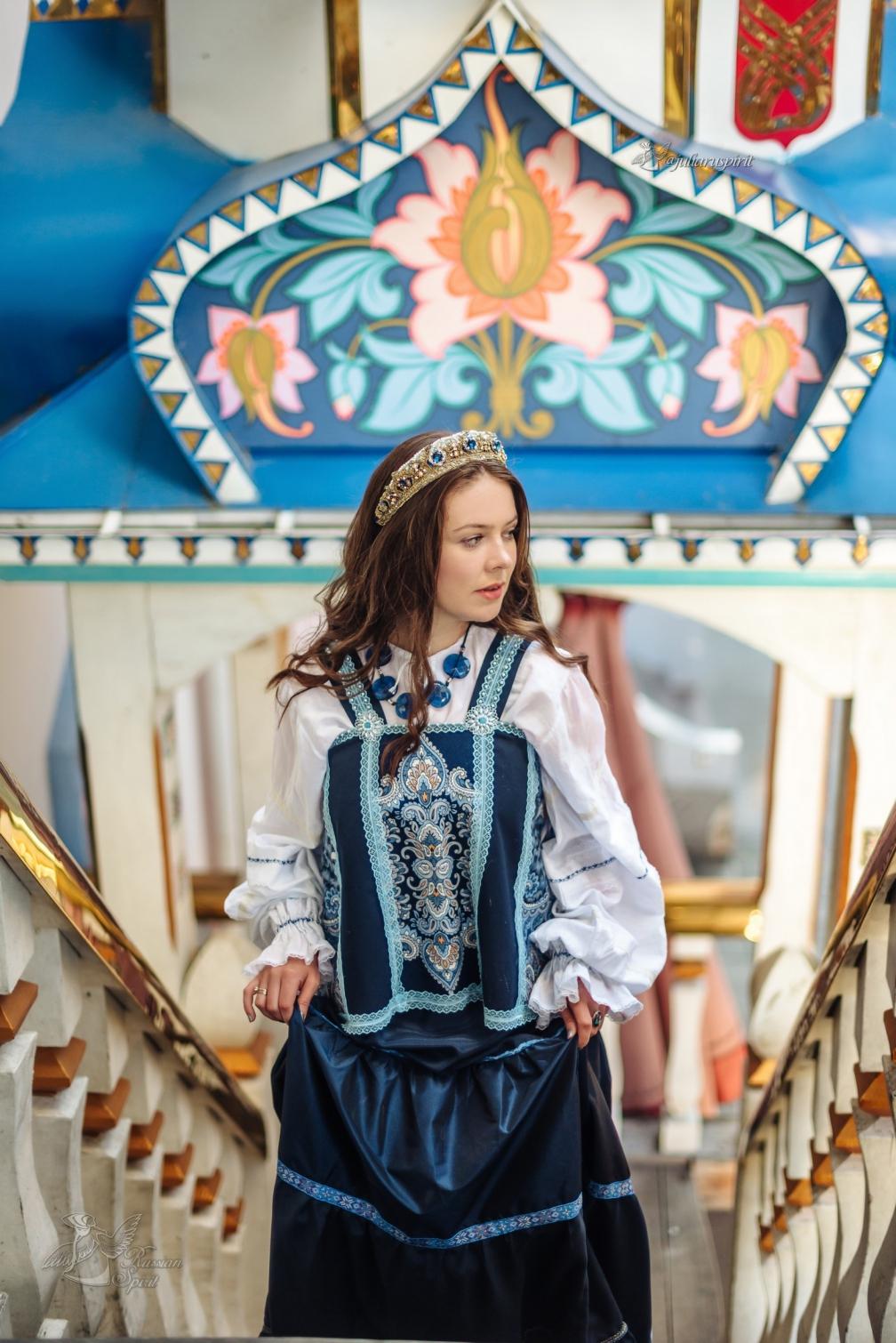 фотосессия девушка на лестнице в платье в русском стиле