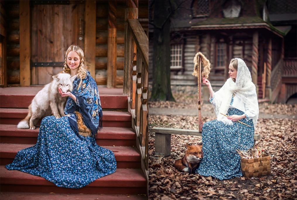девушка в платье в русском стиле с лисой на фоне деревянного терема