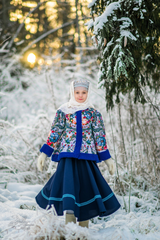 Девочка на фотосессии в зимнем лесу в утепленном жакете из Павлопосадских платков