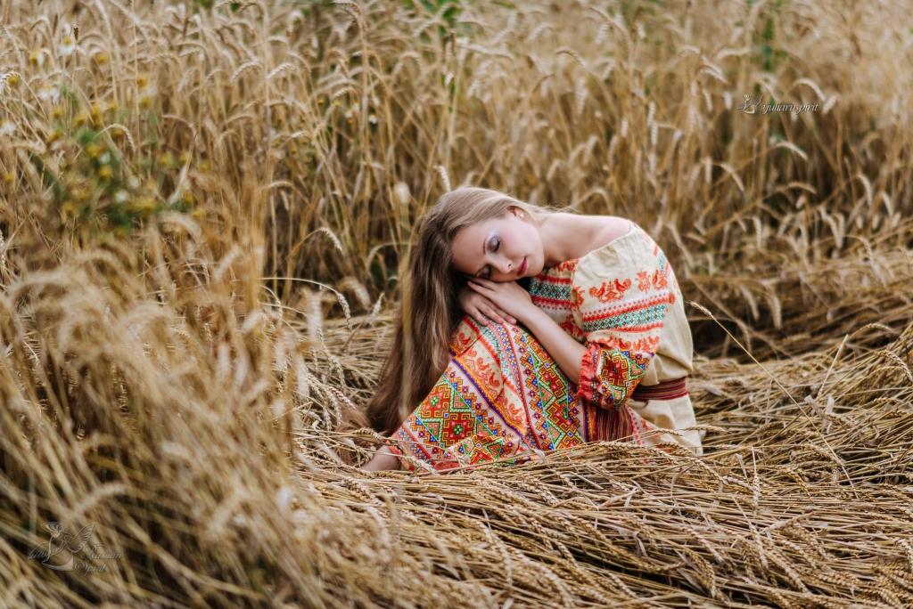 девушка в платье в русском стиле в поле  в пшеничном поле