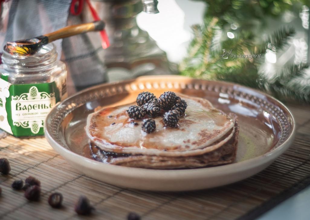 Блинчики на тарелки с еловым вареньем