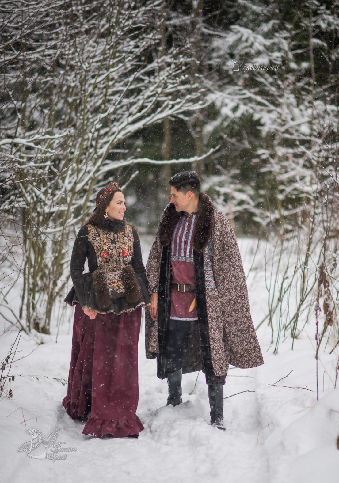 Мужчина и женщина в боярских народных костюмах