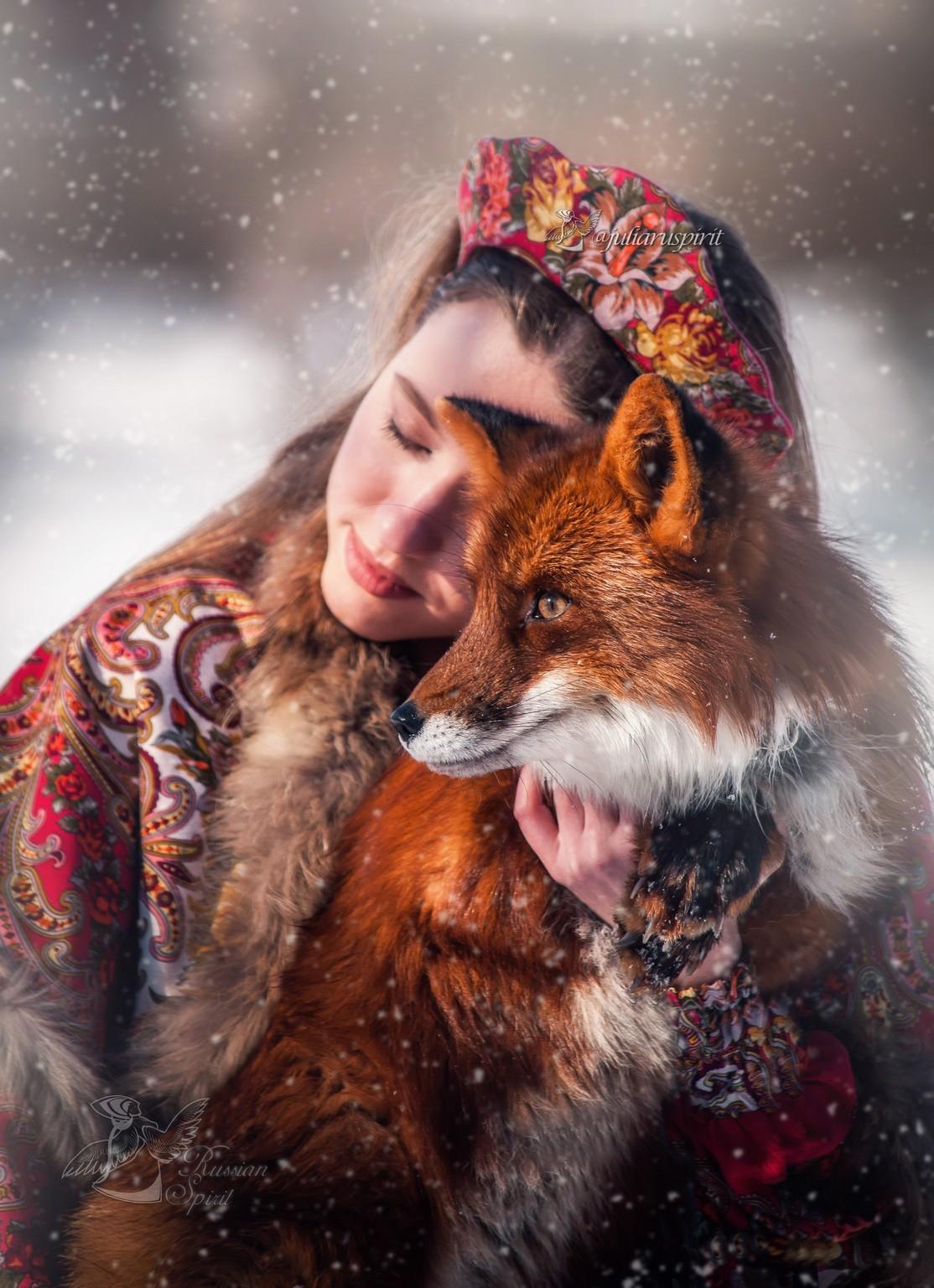 Портрет девушки в ободке с рыжей лисой