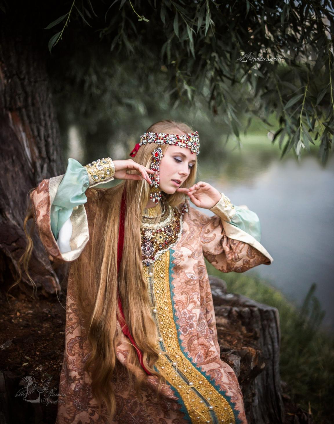 девушка в очелье и оплечье  у пруда костюме царевны