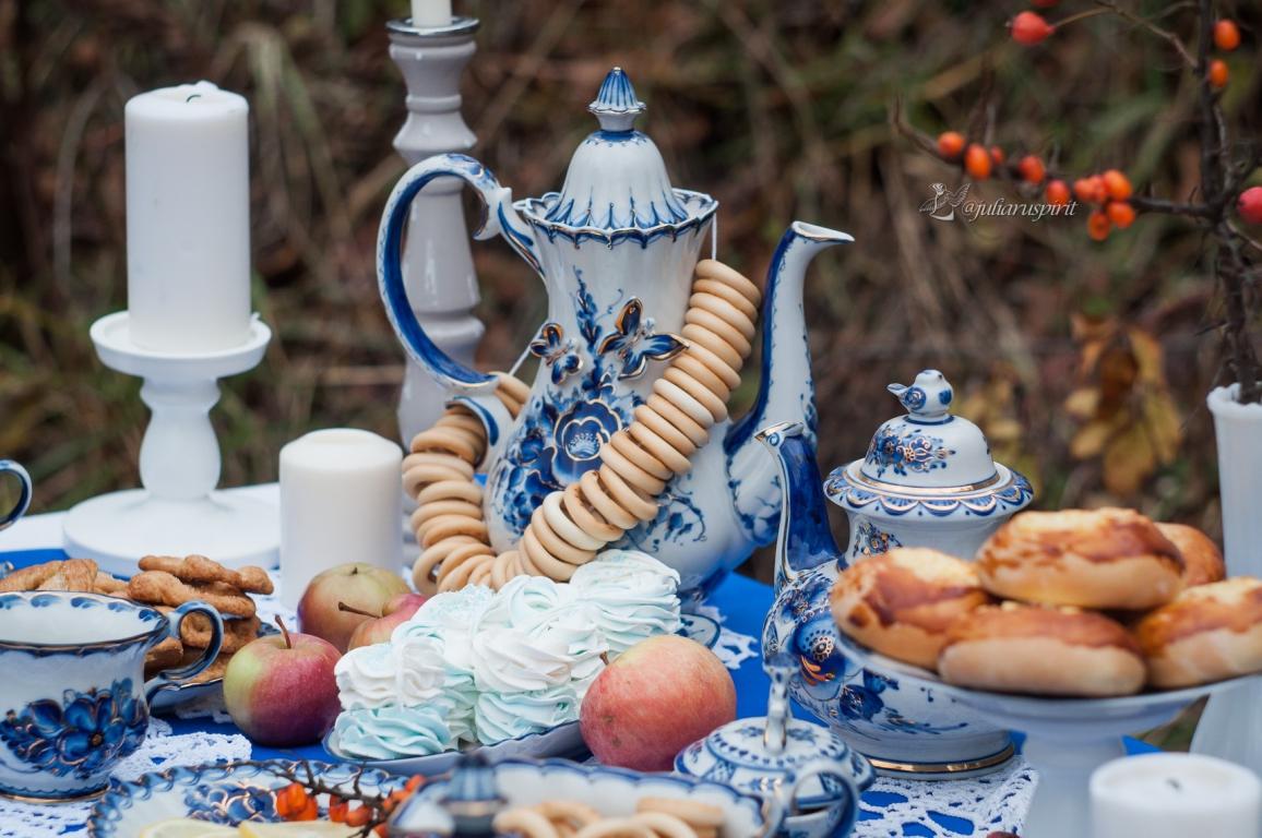 чайник, яблоки, кренделюшки на столе