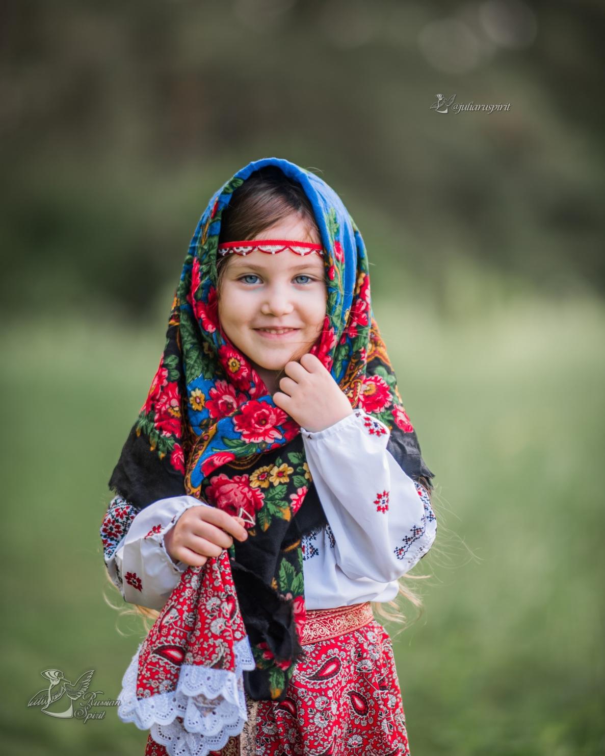Девочка в русском народном костюме для фотосессий