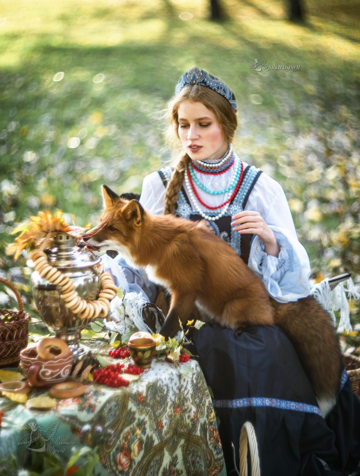 фотосессия девушка с лисой на коленях за столом в платье в русском стиле