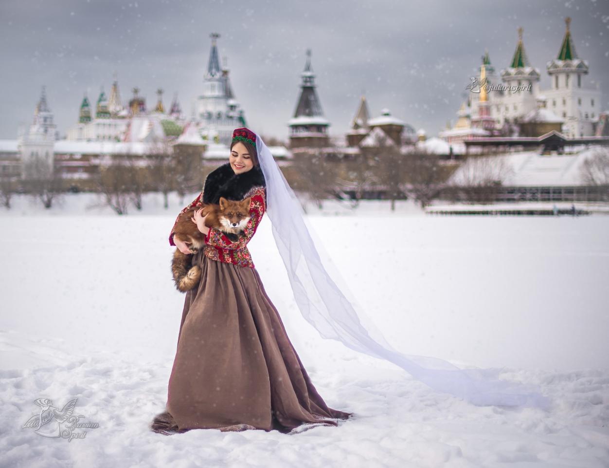 Девушка с лисой на руках на фоне измейловского кремля