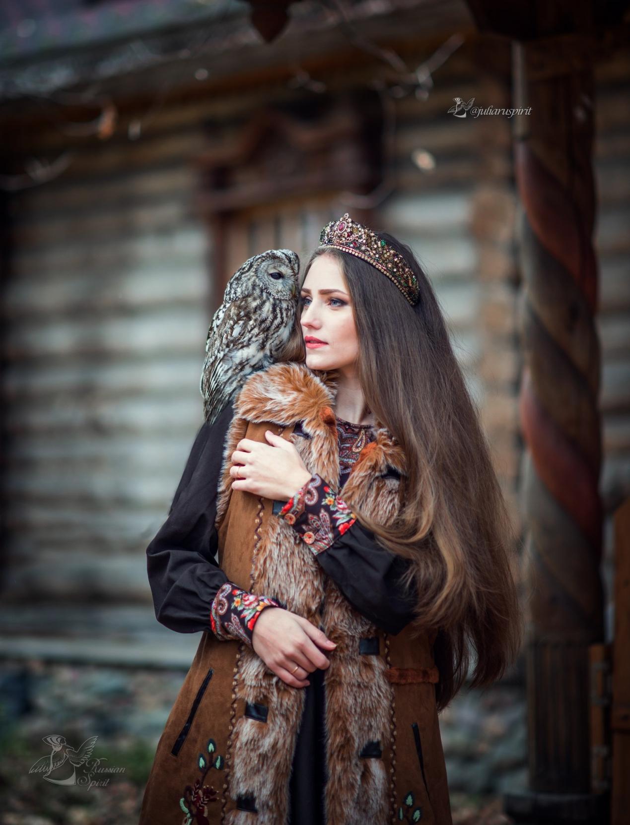 Девушка в костюме в русском стиле  с совой