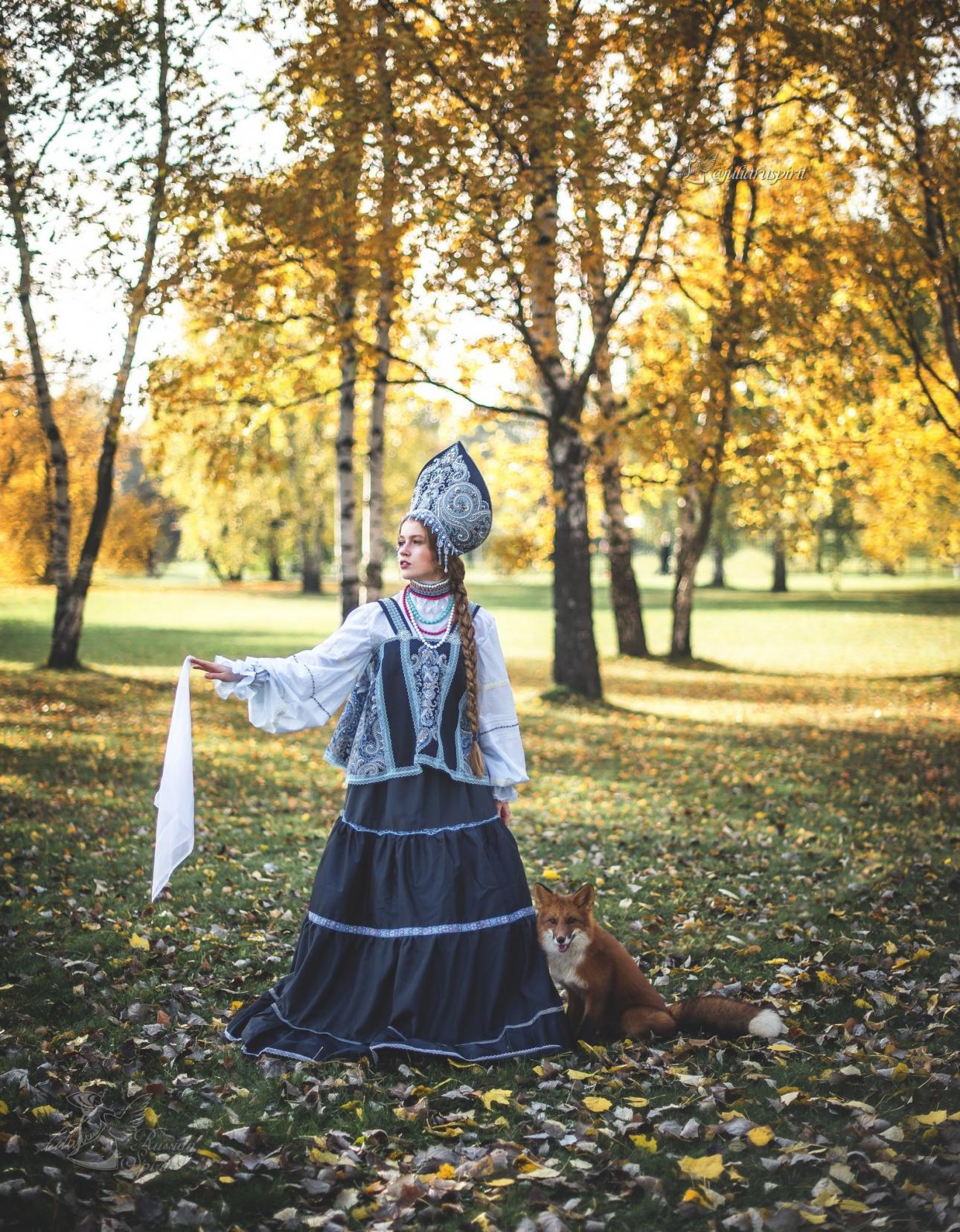 фотосессия девушка с лисой в платье в русском стиле