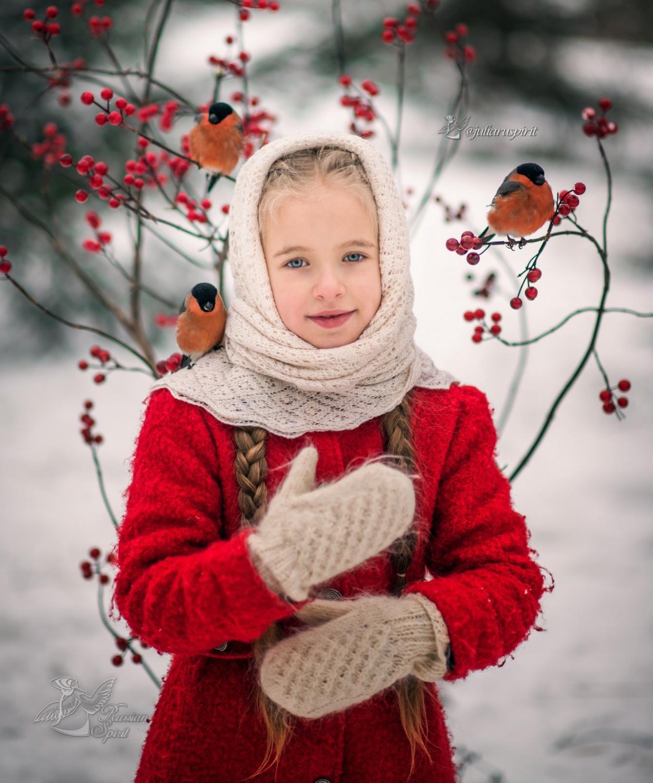 Девочка в красном пальто со снигирями