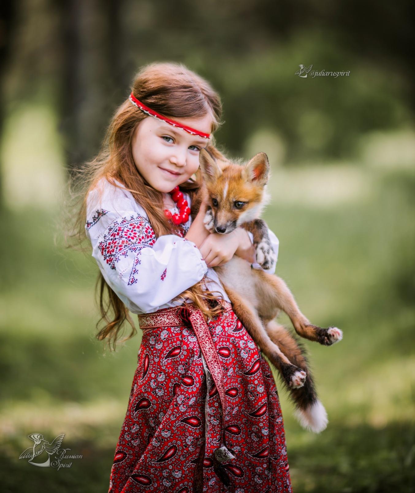 Девочка в русском народном костюме с лисёнком на руках