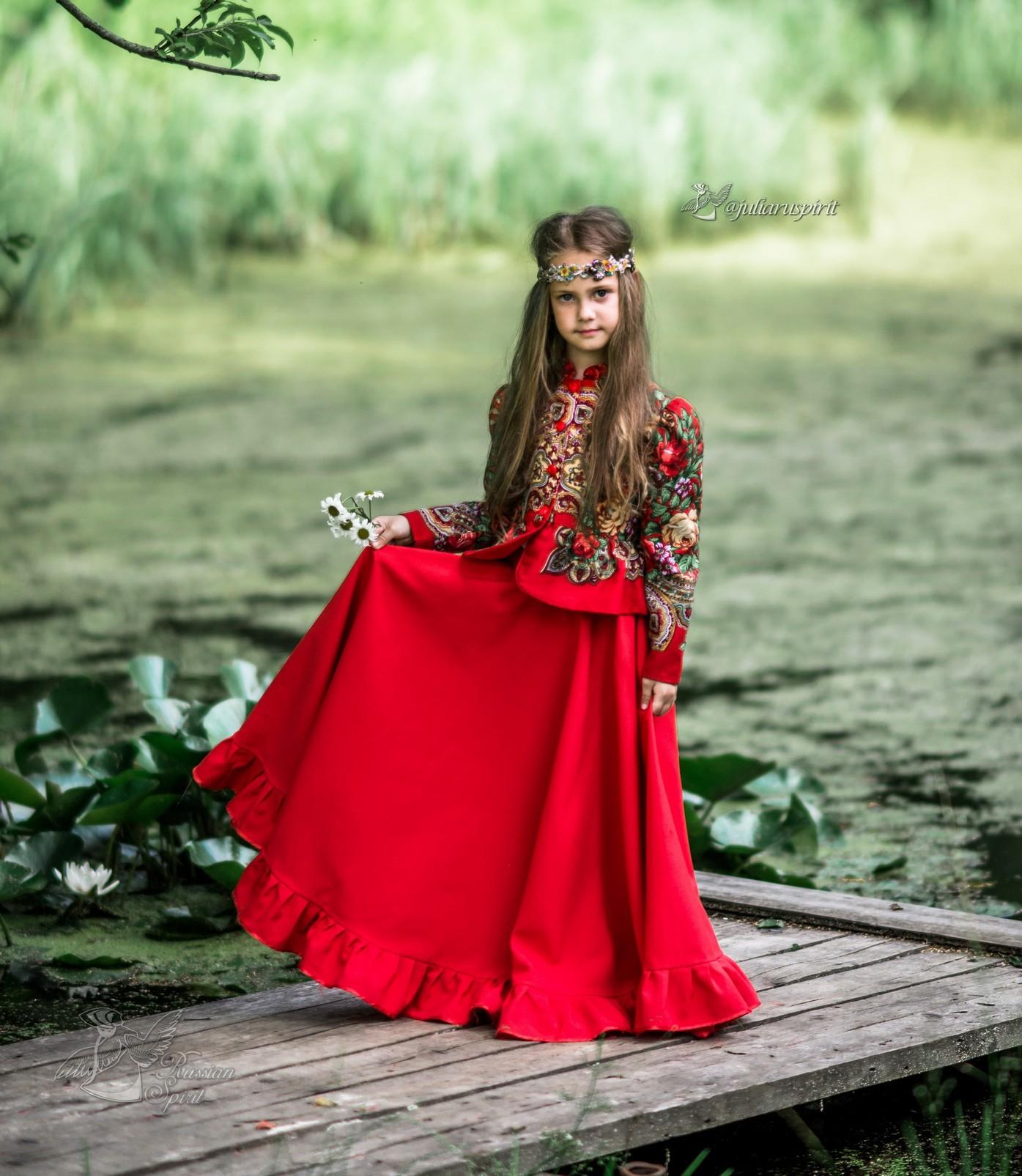 Девочка в платье в русском стиле на мостике у пруда