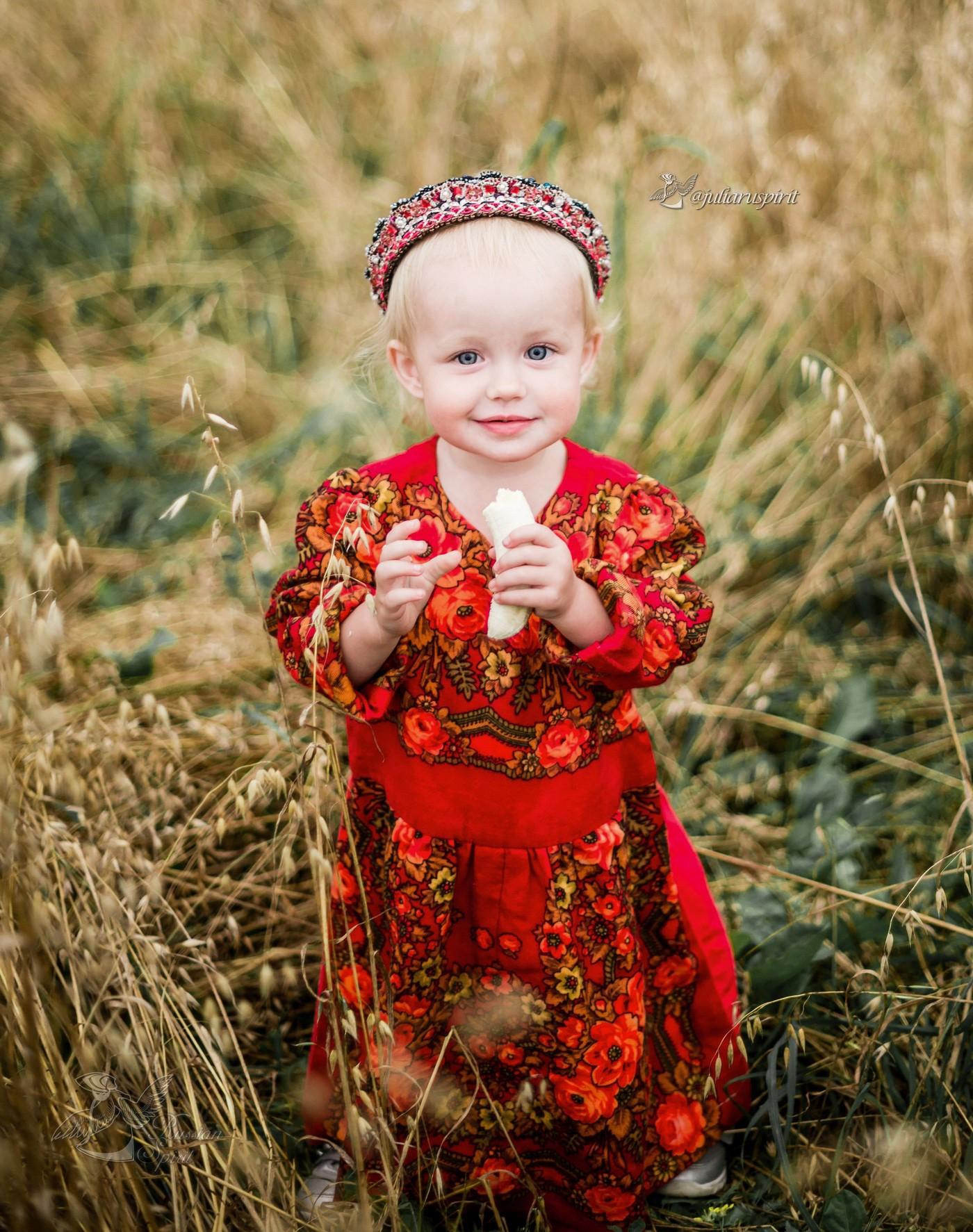 Девочка в национальном русском платье в поле