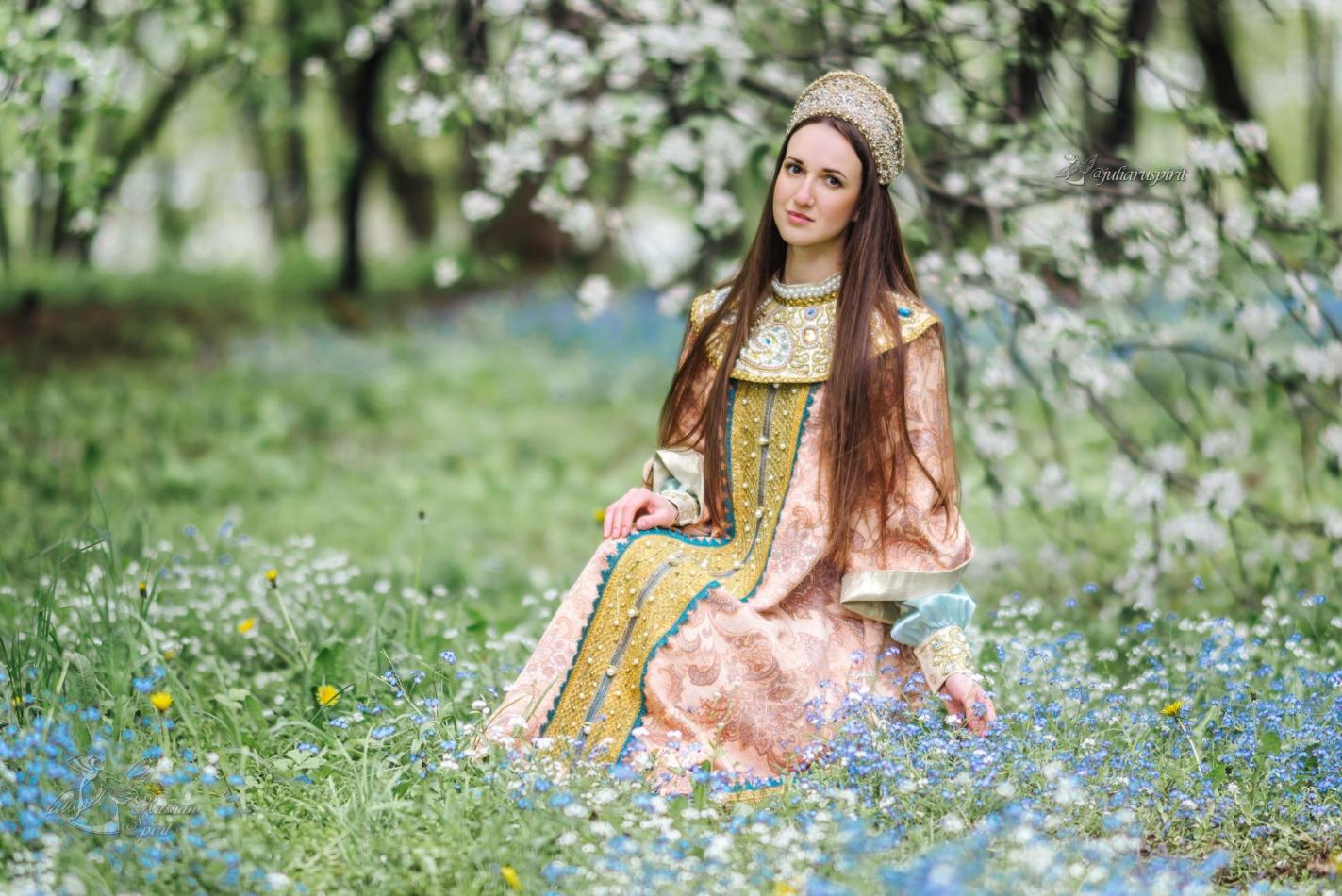 девушка в цветущем саду в костюме царевны