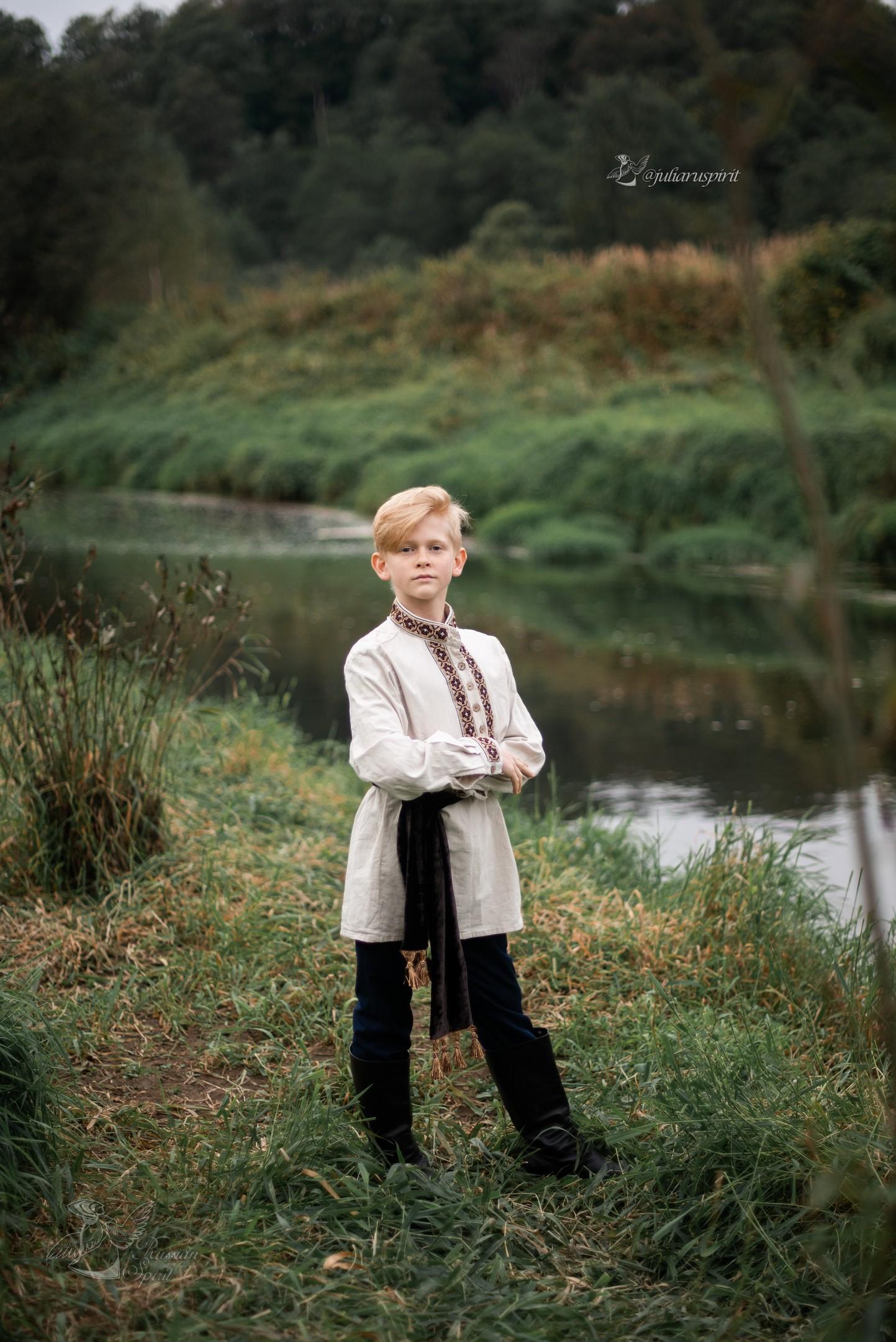 мальчик в льняной рубхе у реки