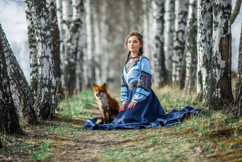 Девушка в русском народном платье с лисичкой в березках