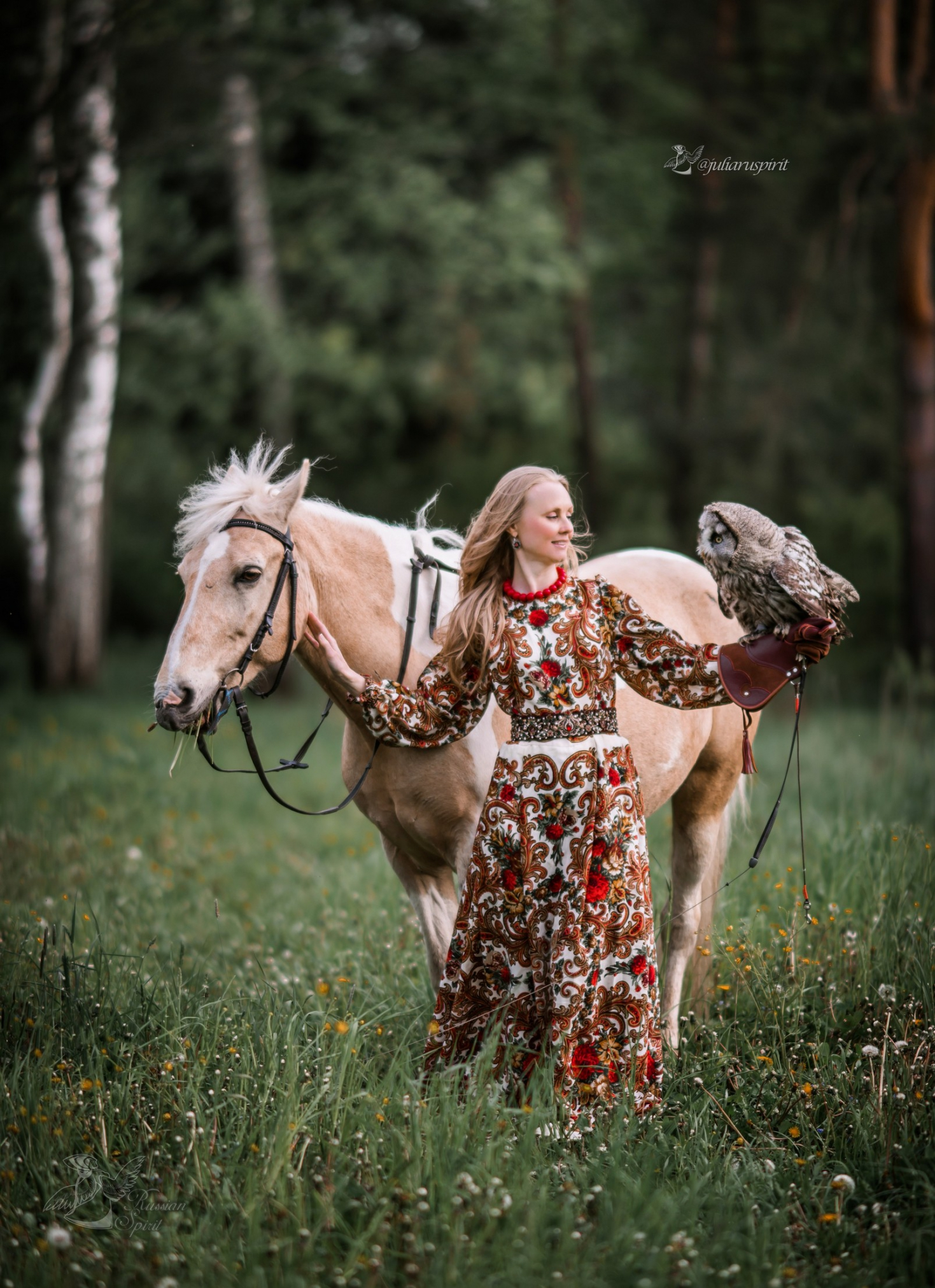 Девушка в русском народном платье фотосессия с лошадью и совой