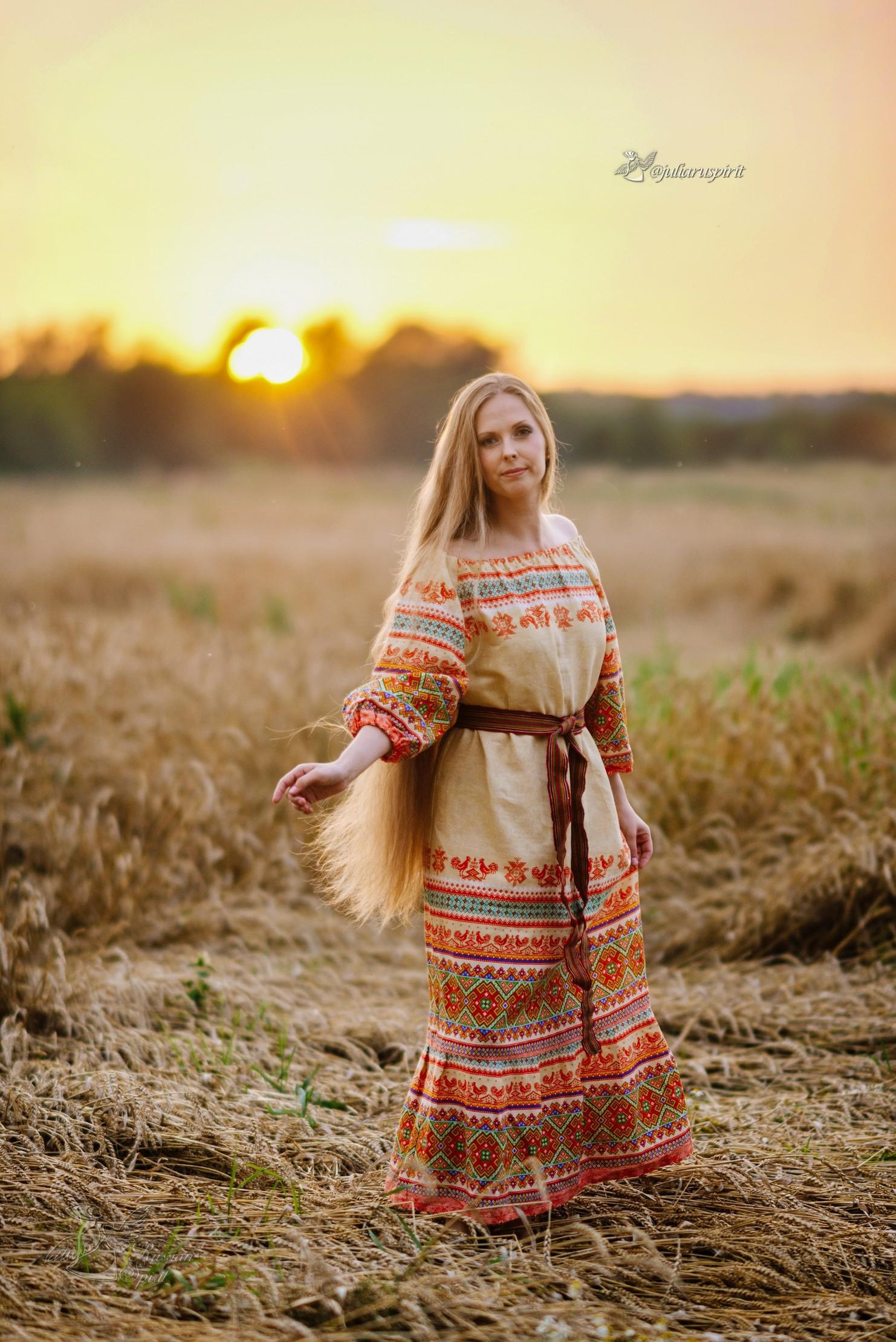 девушка в платье в русском стиле в поле на закате