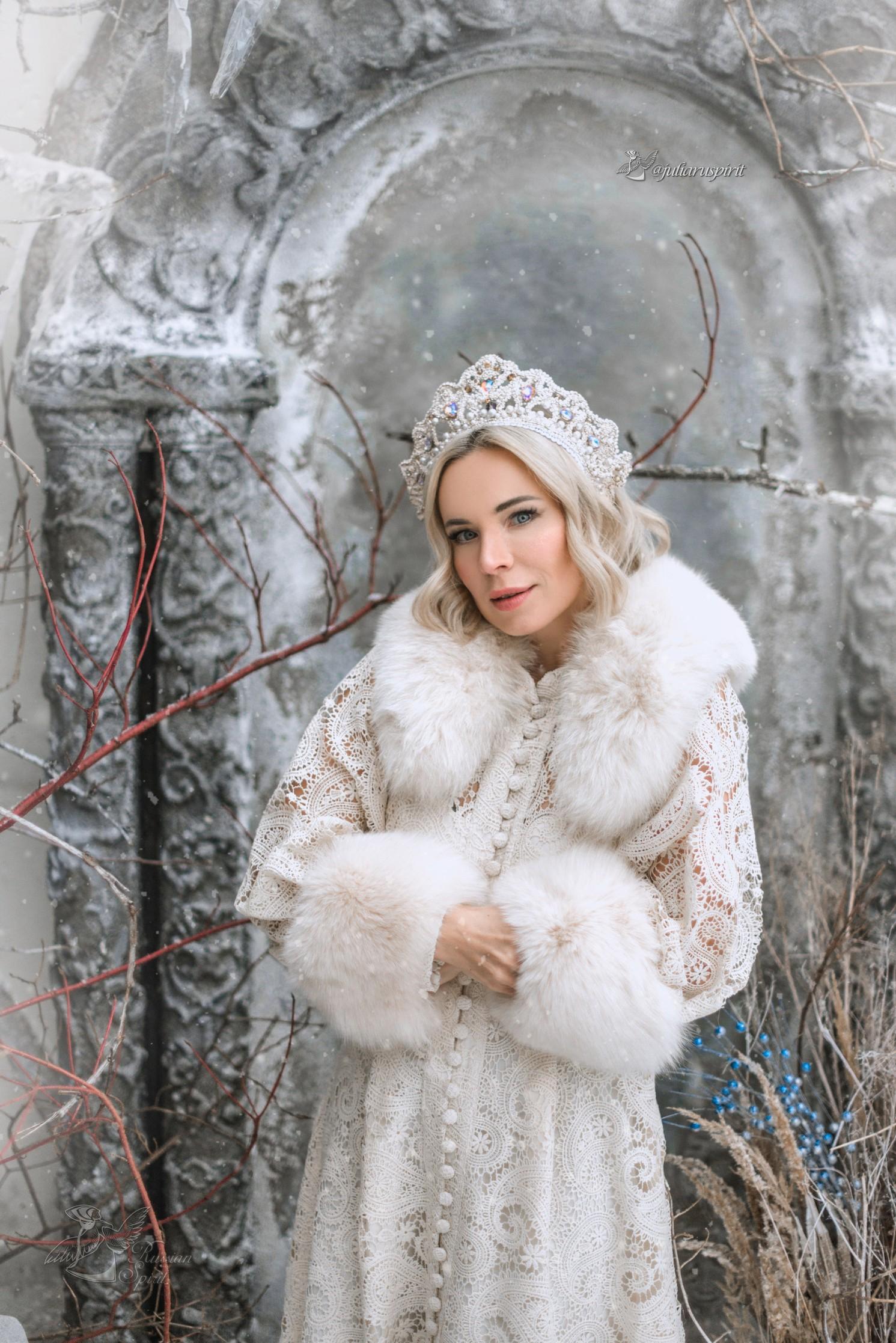Девушка на фотосессии в нежном кружевном платье зимой