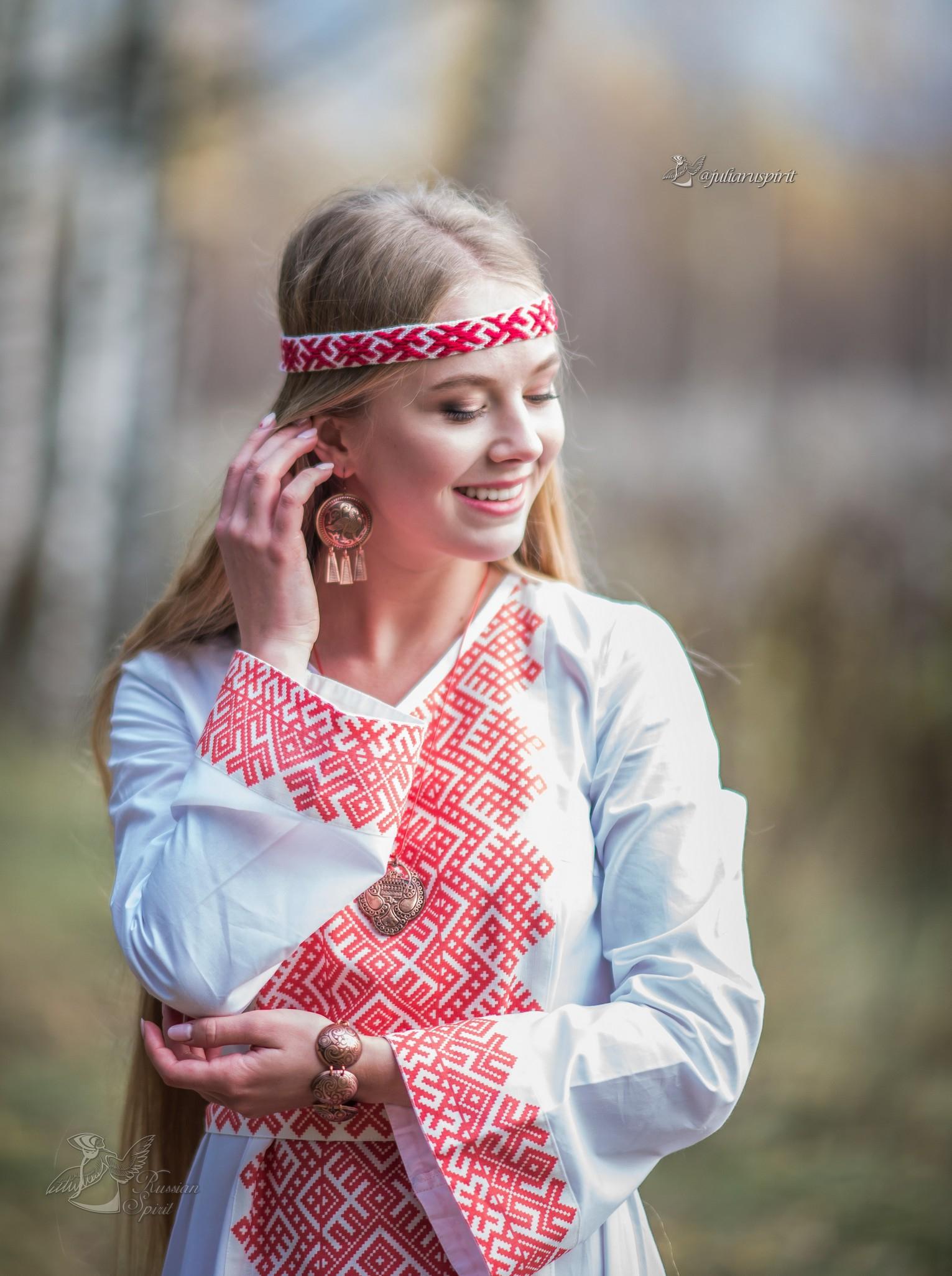 девушка в платье со славянским орнаментом