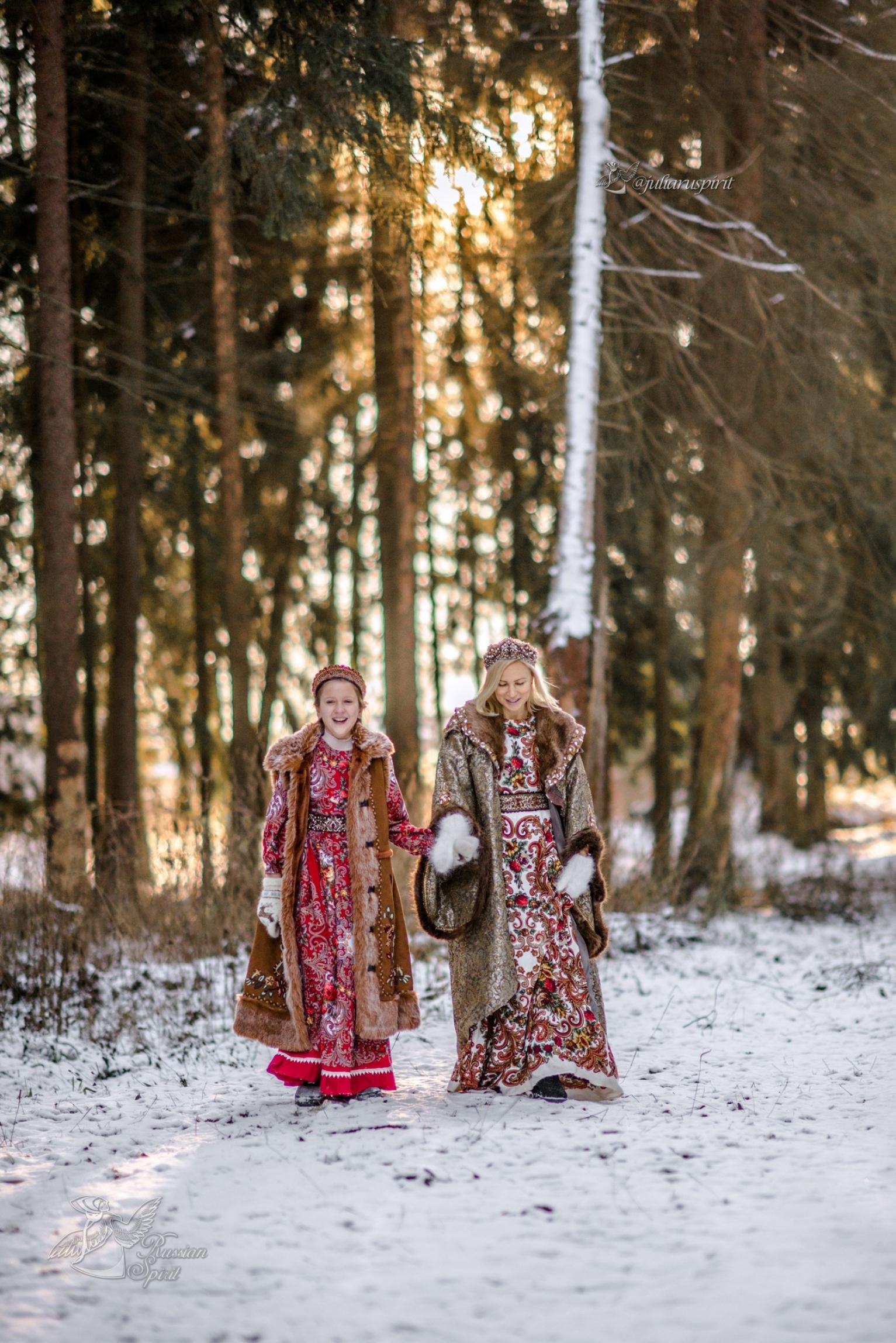 Мама с дочкой в русских народных костюмах зимой на фотосессии