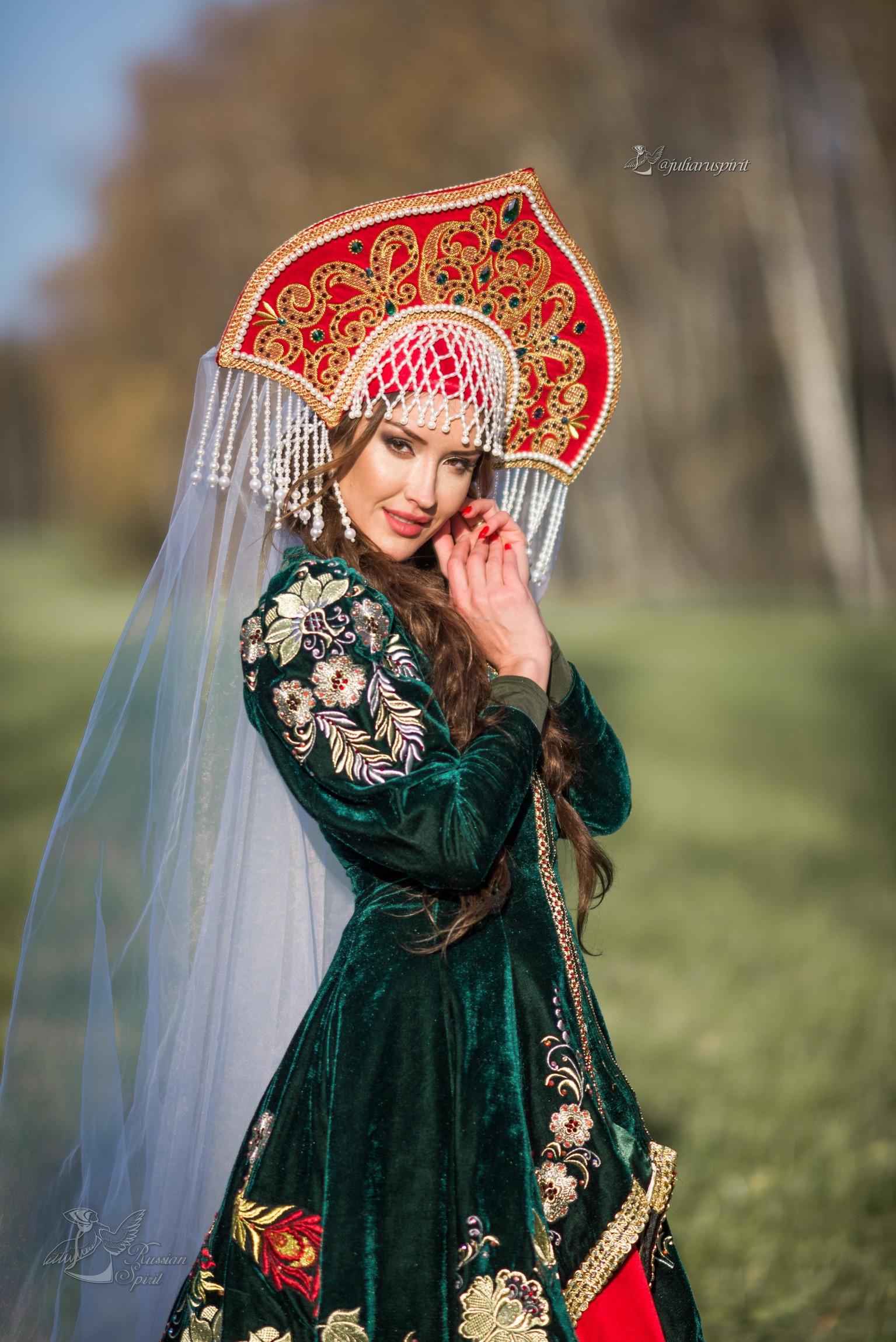 Девушка в вышитом узорами платье в кокошнике