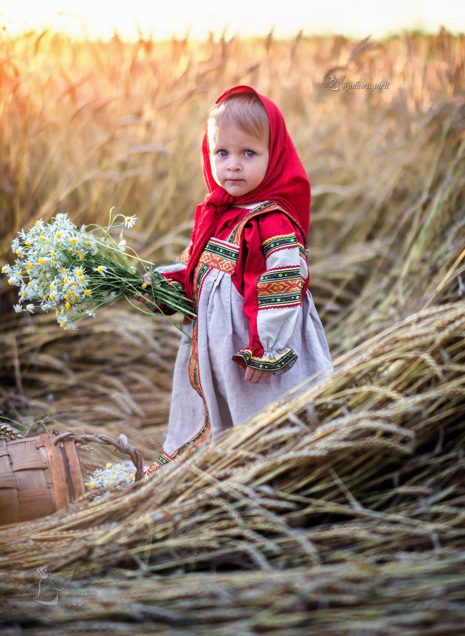 девочка в русском народном сарафане в поле с букетом