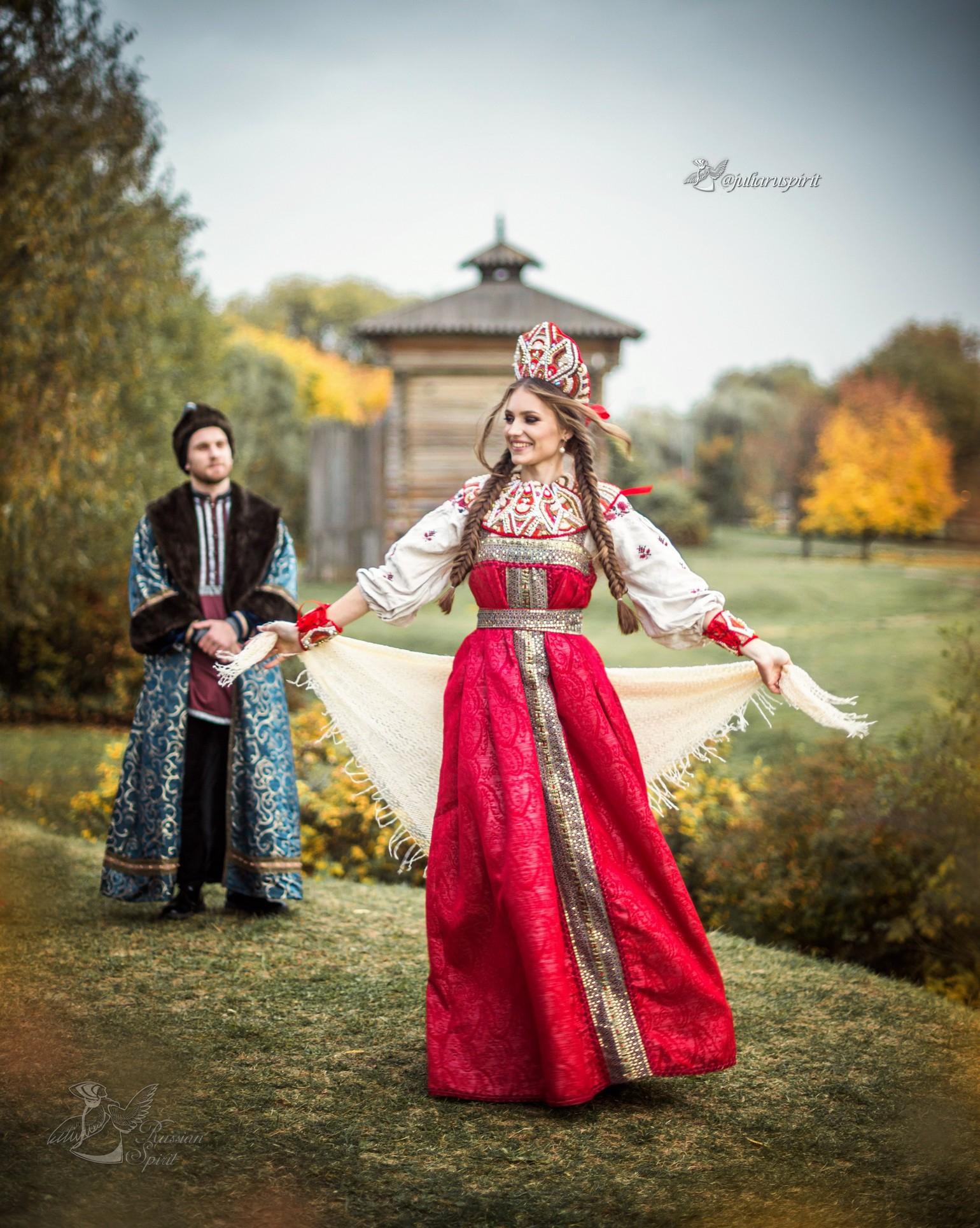 девушка на фоне деревянного кремля в русском стиле