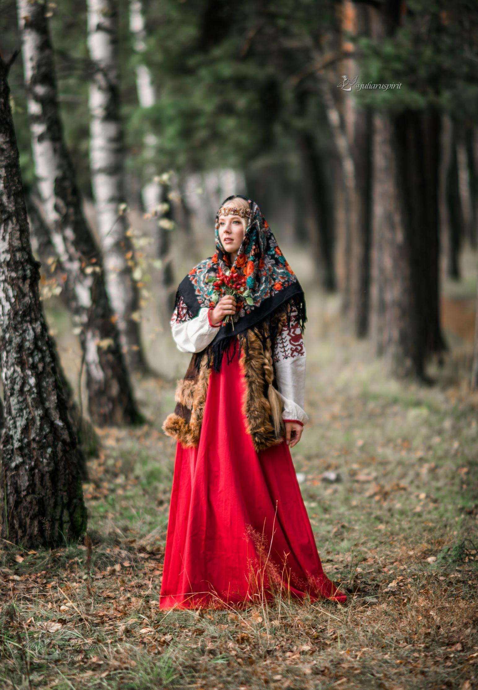 девушка в национальном русском костюме в березках
