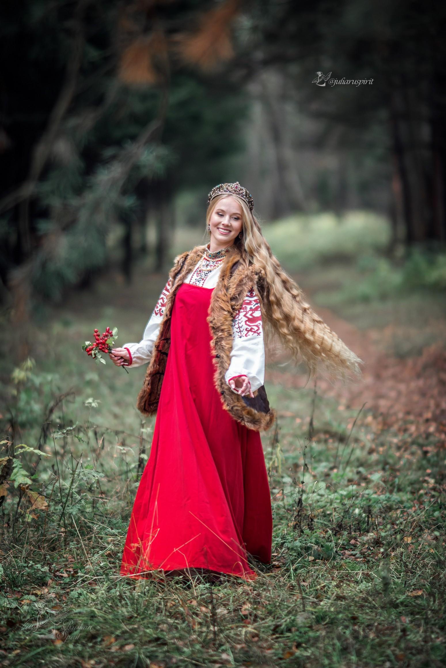 девушка с длинными волосами в платье в русском стиле