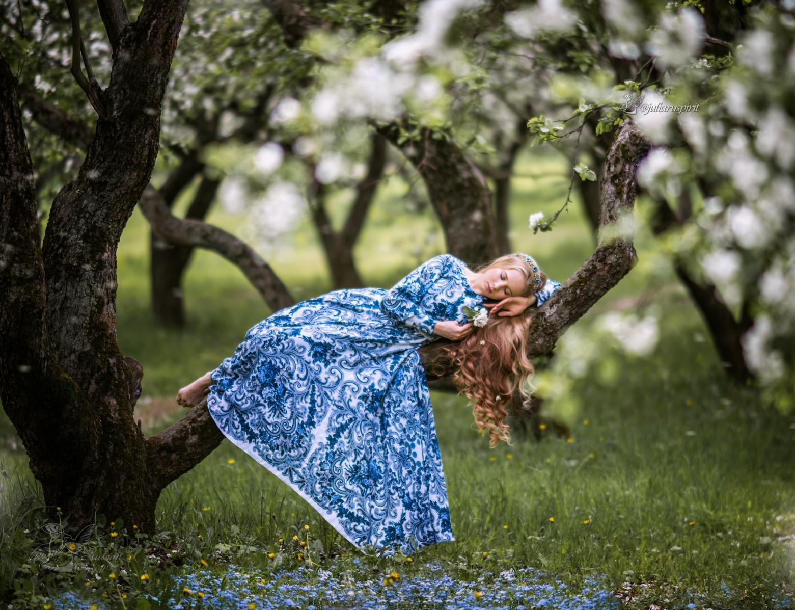 фотосессия в яблонях в платье Гжель