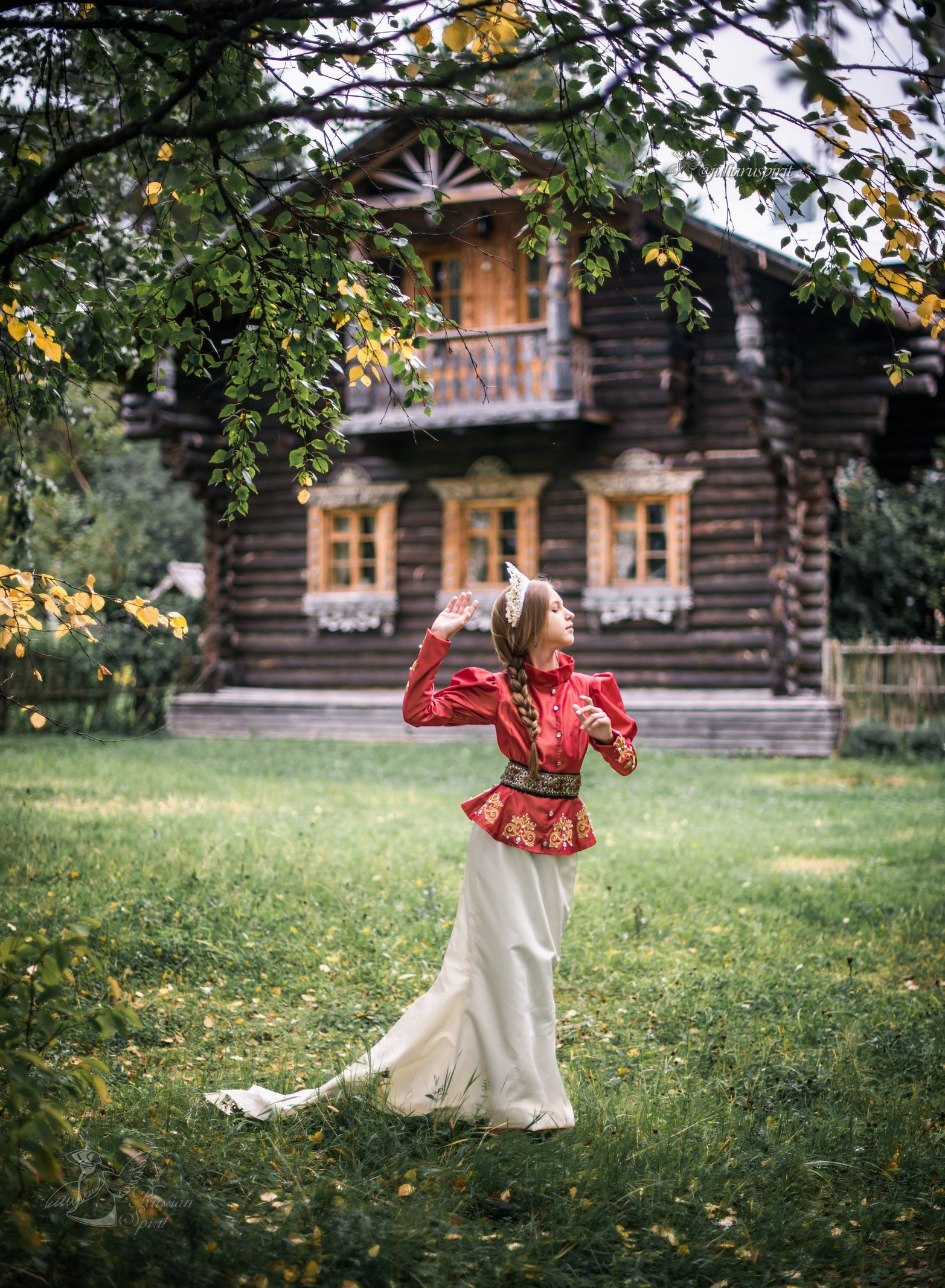 Девушка в жакете и юбке со шлейфом на фотосессии на фоне терема