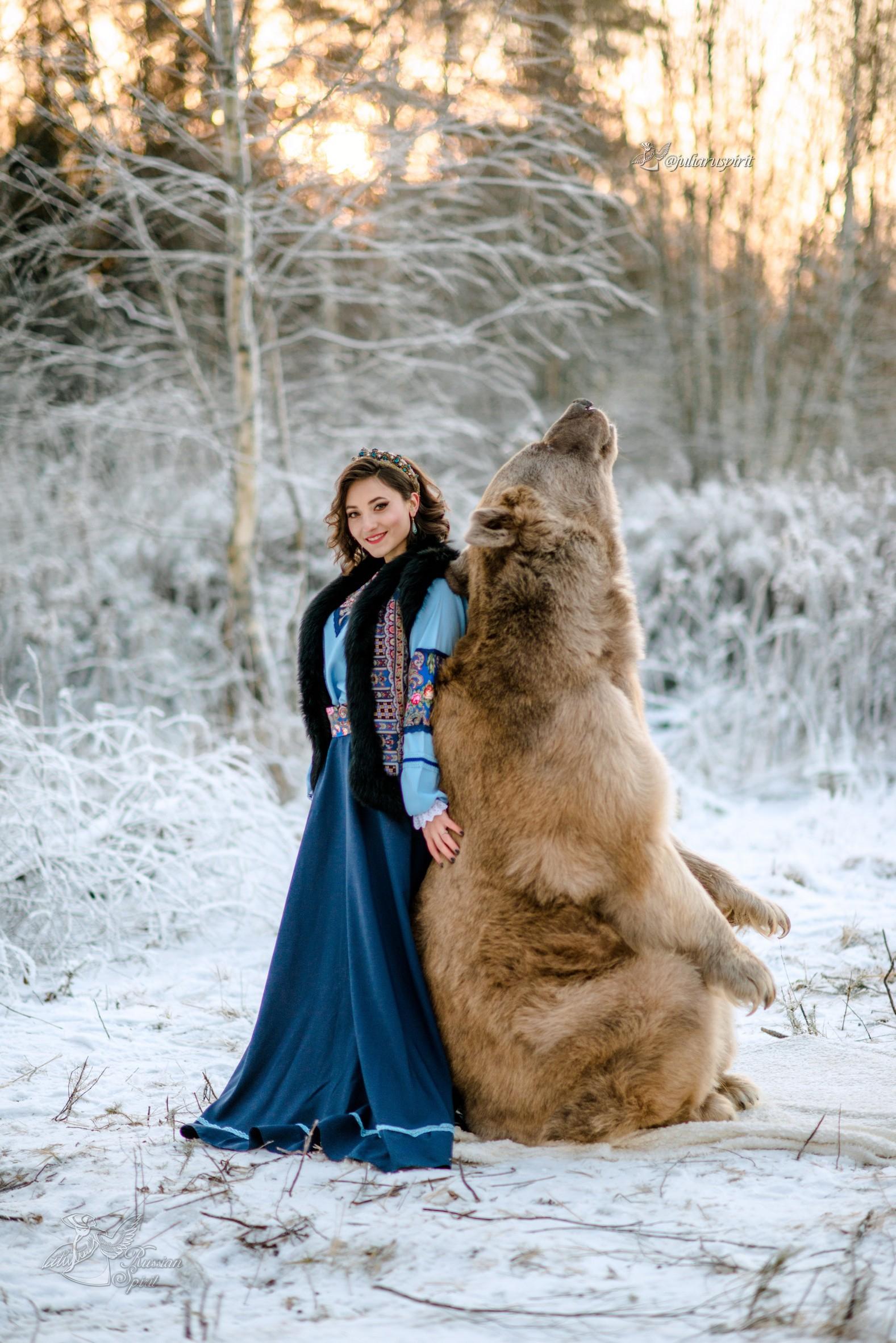 Девушка в русском народном платье и медведь фотосессия