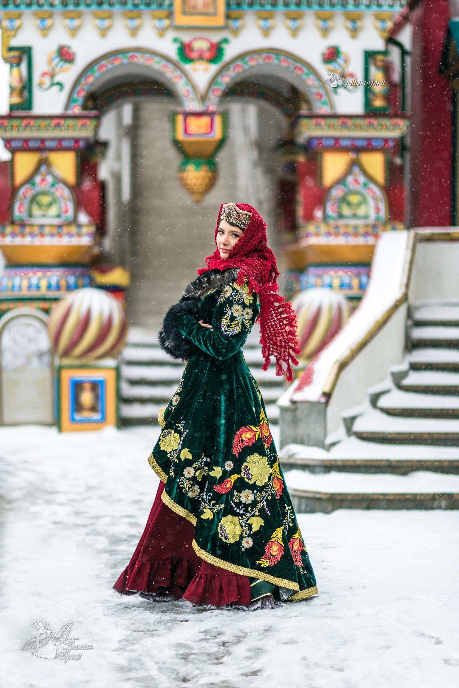 Девушка в вышитом узорами платье на фотосессии