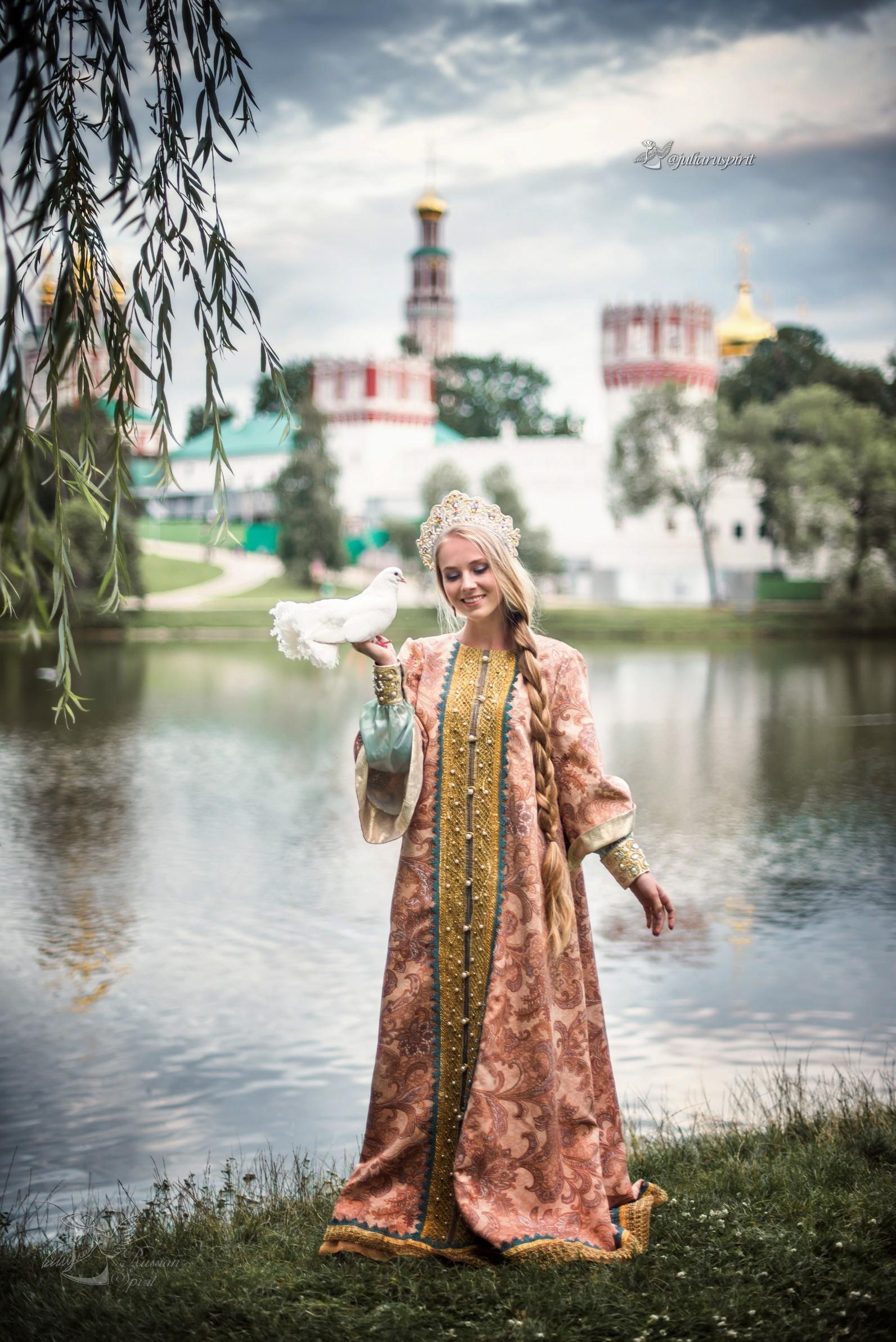 девушка  у пруда на фоне измайловского кремля в русском стиле с голубем