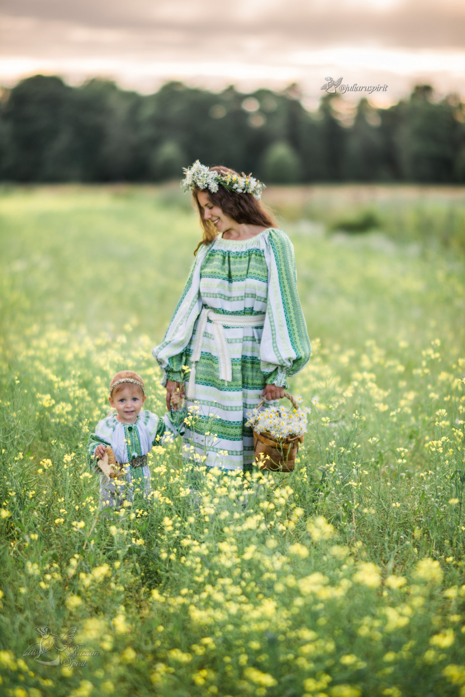 Мама с дочкой в поле с цветами