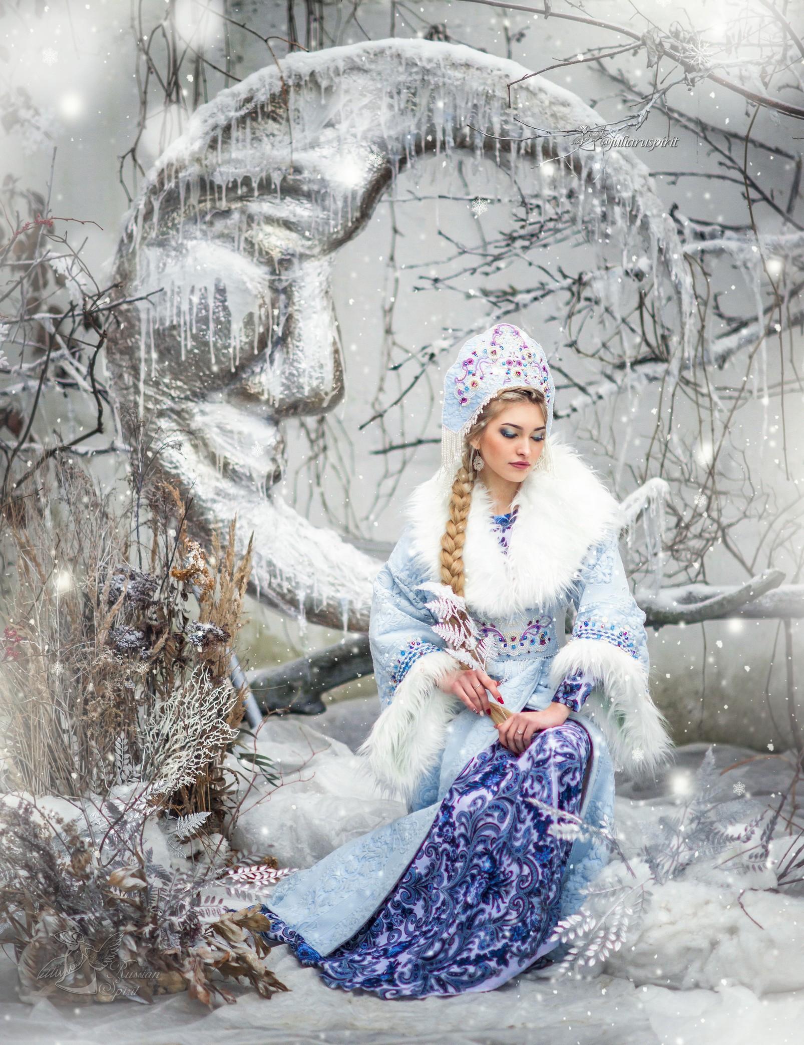 Девушка в кокошнике и  кафтане, расшитом бусинами. Костюм Снегурочки.
