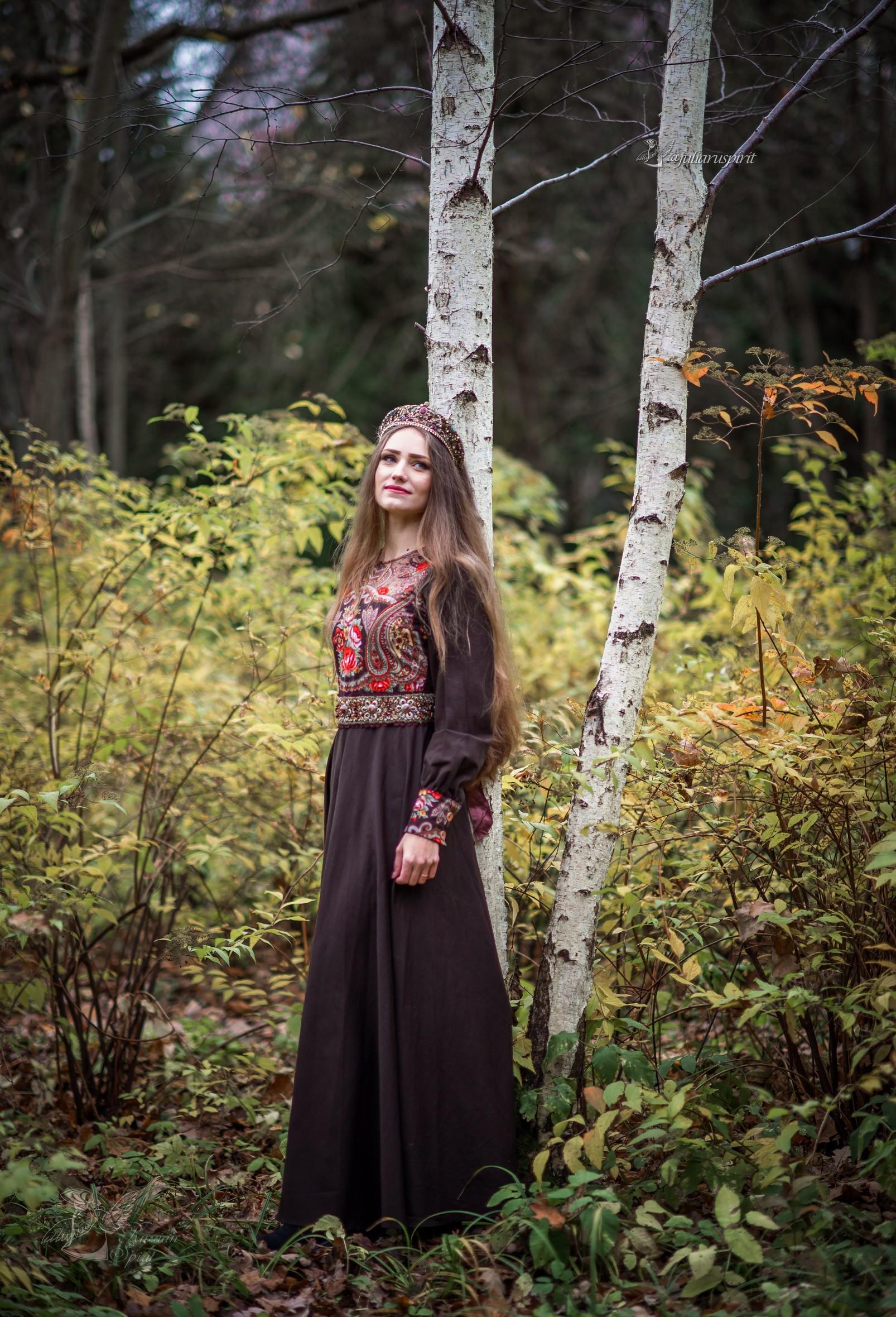 Девушка в коричневом платье в русском стиле у березки