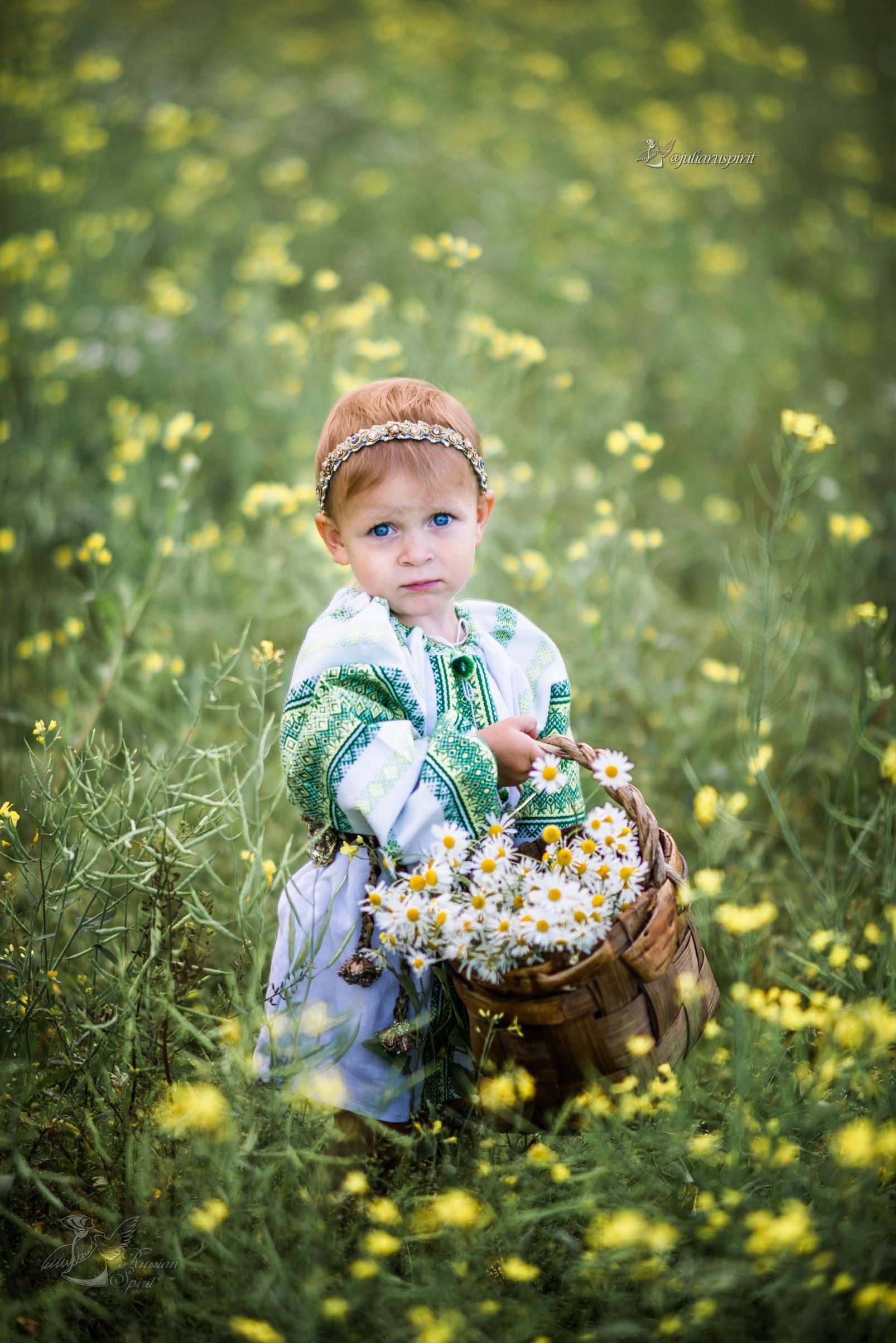 девочка в русском народном сарафане в поле с корзиной ромашек