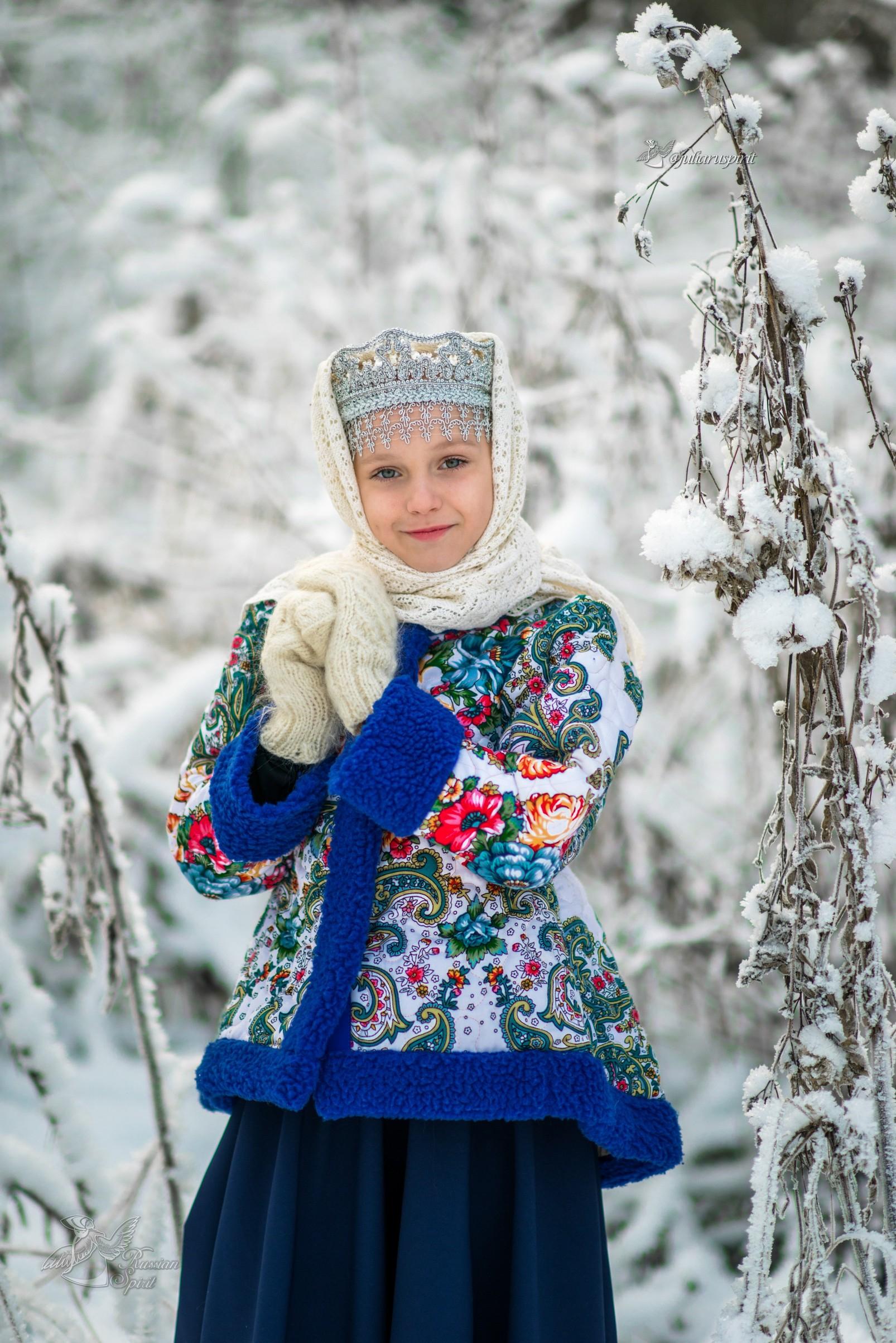 Девочка в утепленном жакете из Павлопосадских платков и кокошнике