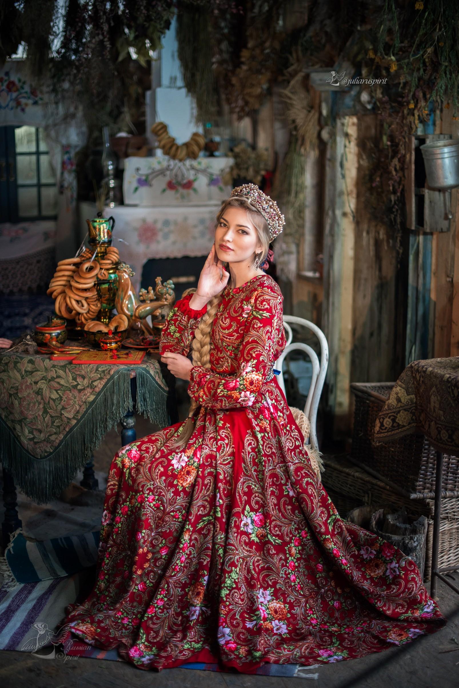 Фотосесия в русском стиле за столом с самоваром