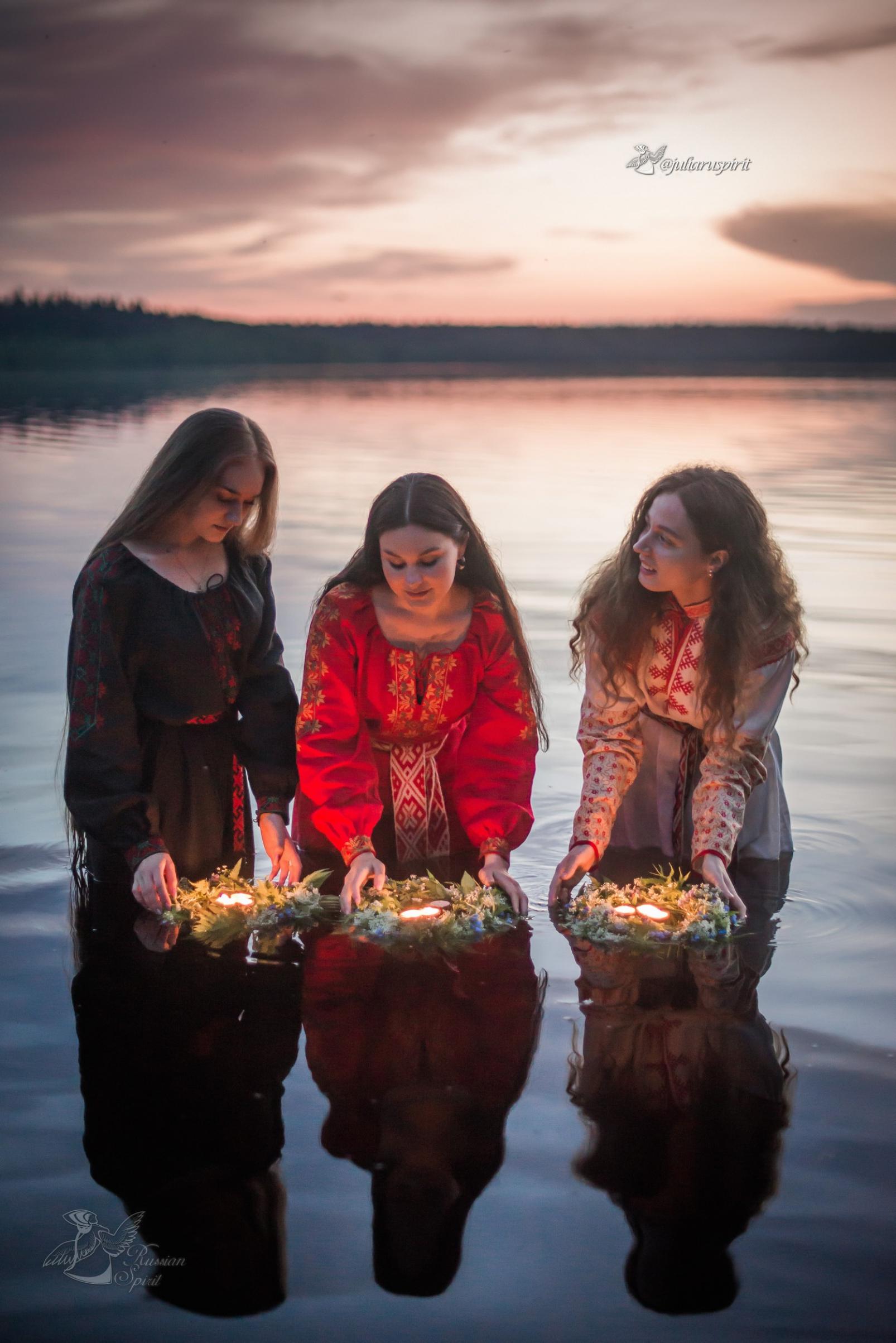 Девушки в славянских платьях отмечают Купало и отправляют венки по воде