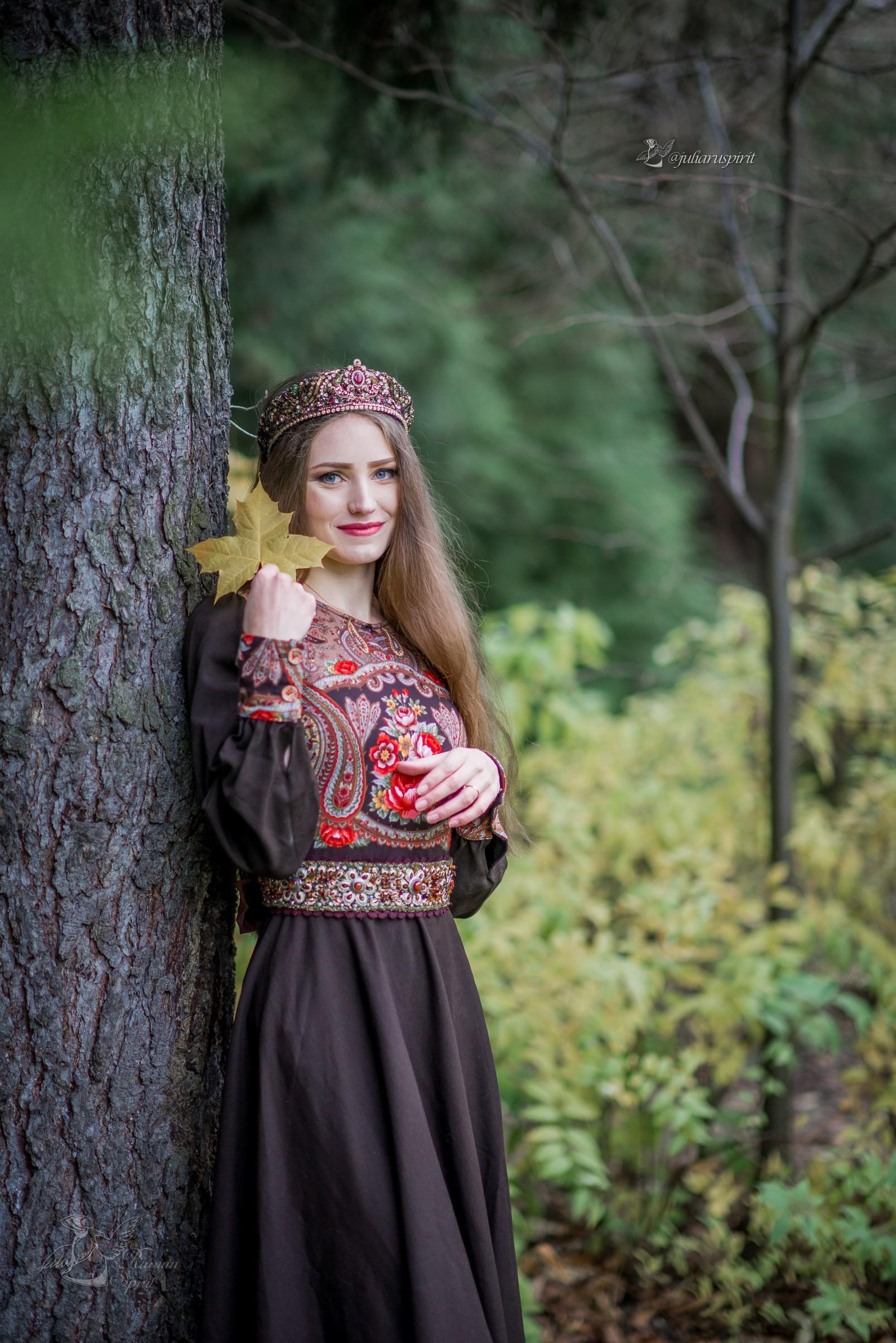 Девушка в коричневом платье в русском стиле и кокошнике