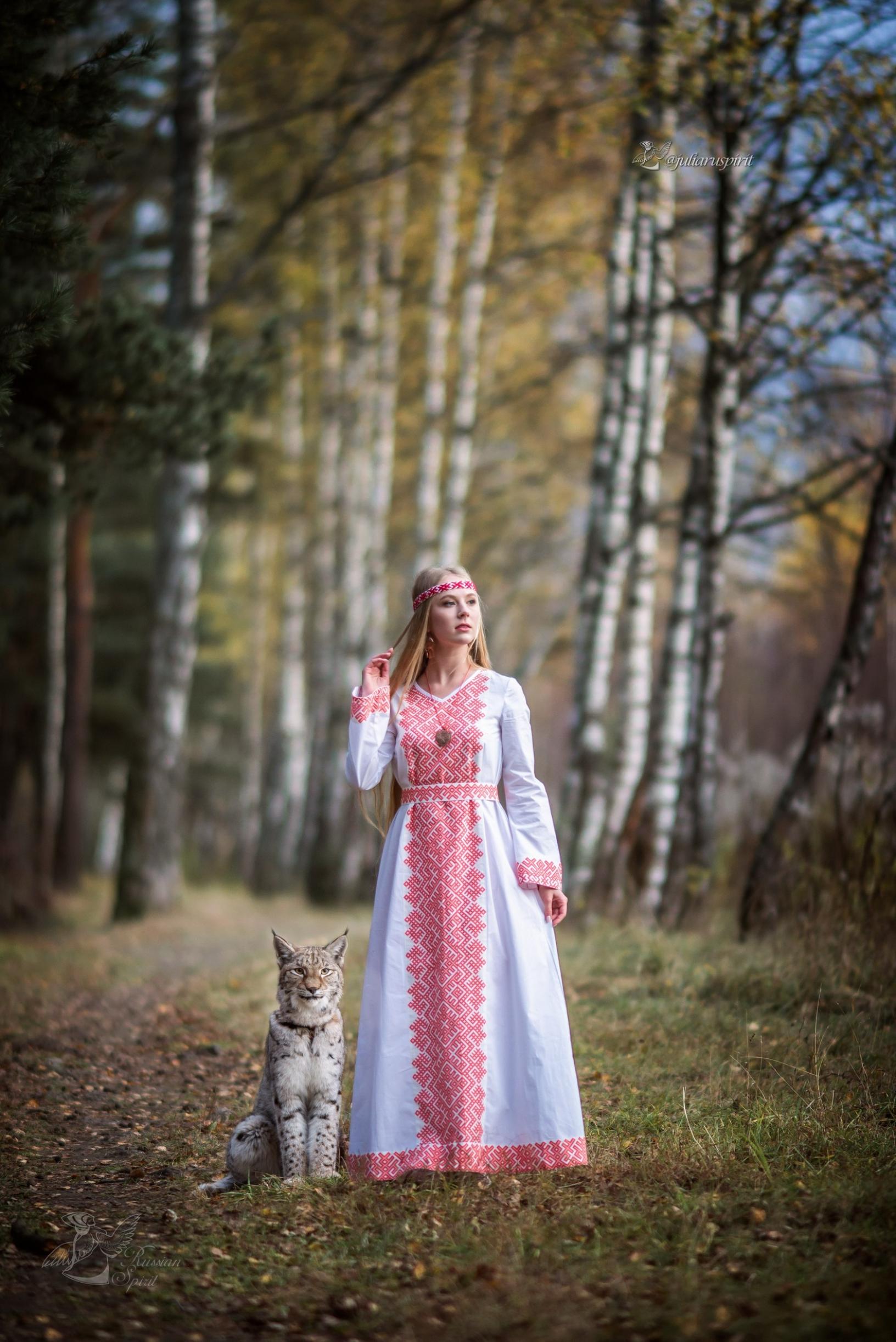 девушка в платье со славянским орнаментом  в березовой аллее