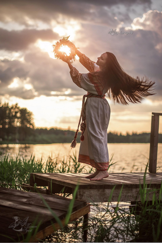 Девушка в славянском платье на закате с венком на Купало