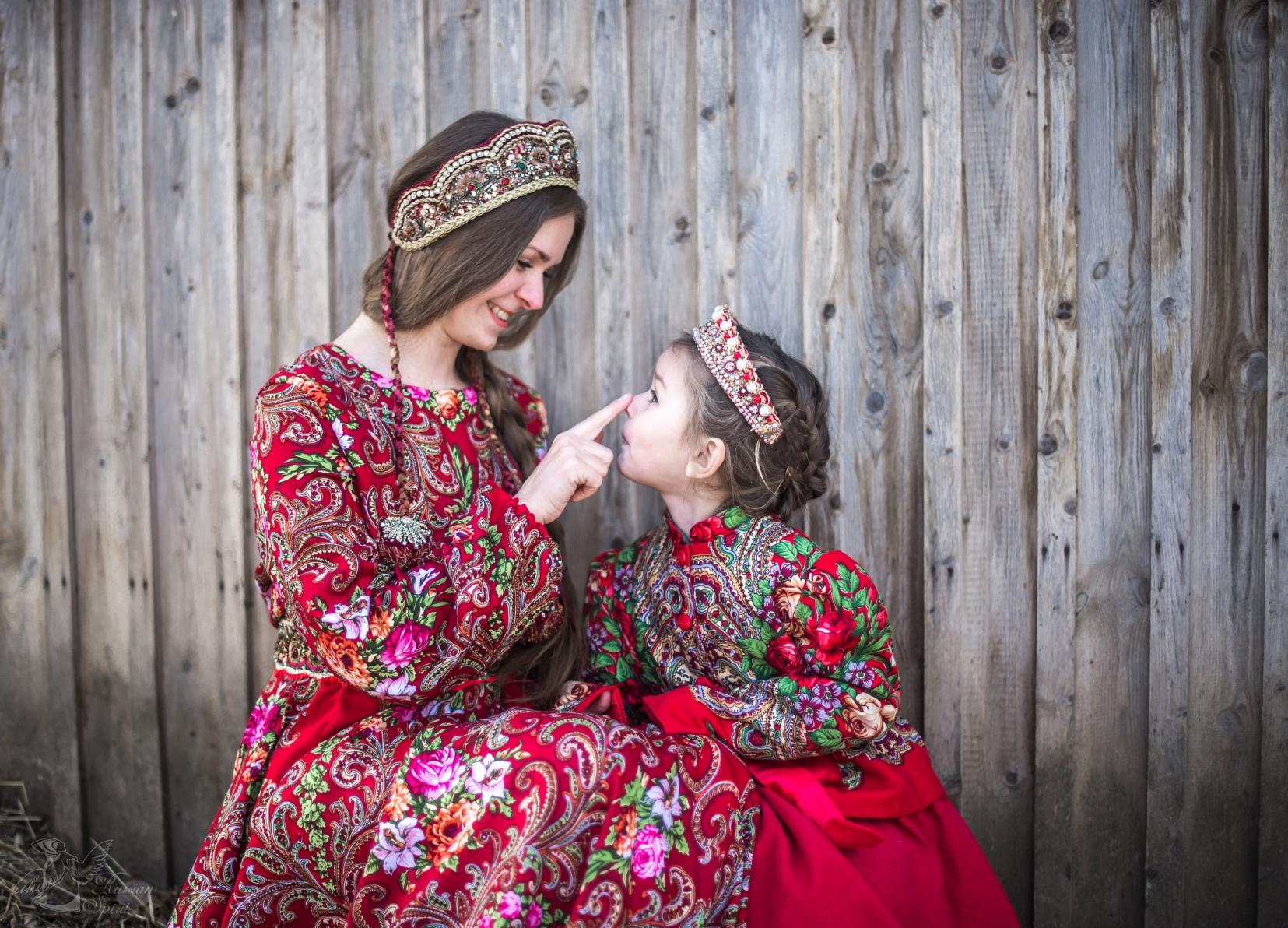 Дочка и мама в платьях в русском стиле
