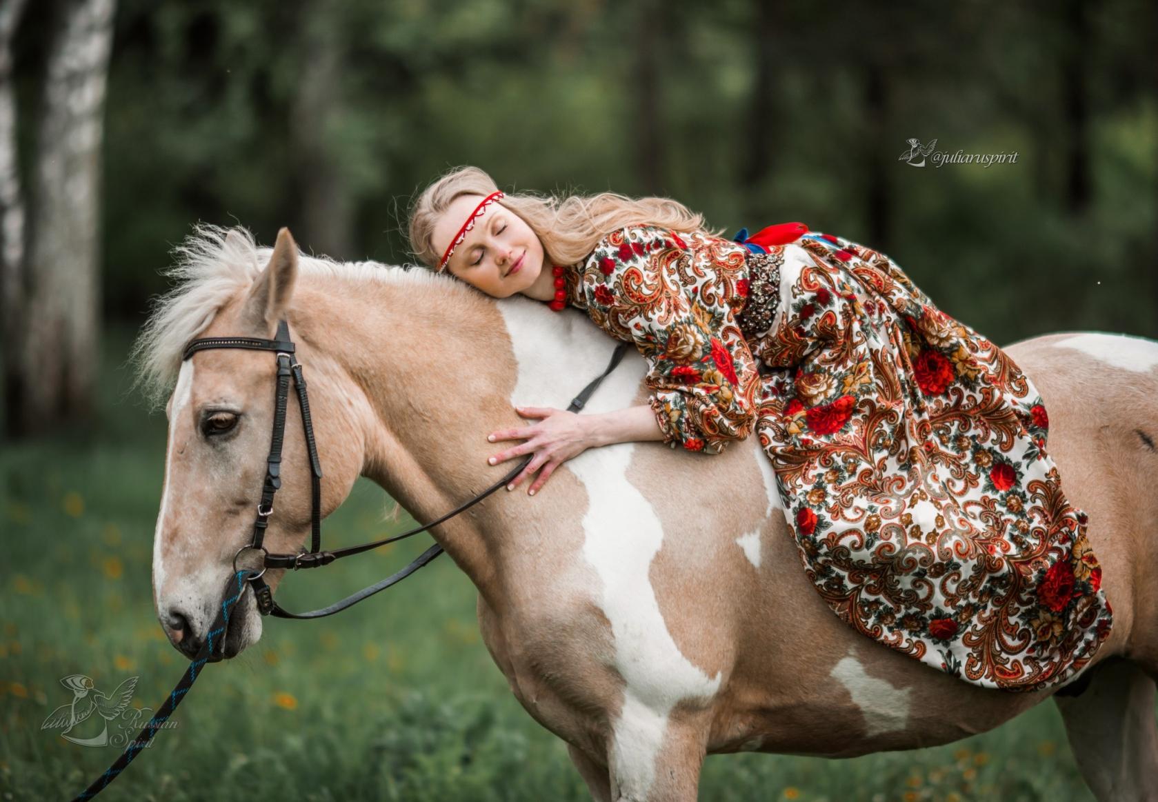 Девушка в русском народном платье фотосессия с лошадью