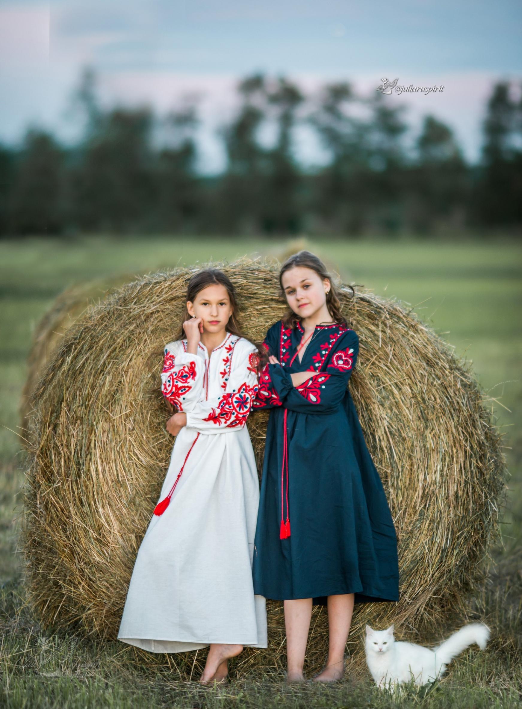 девочки у  стога в национальных русских платьях