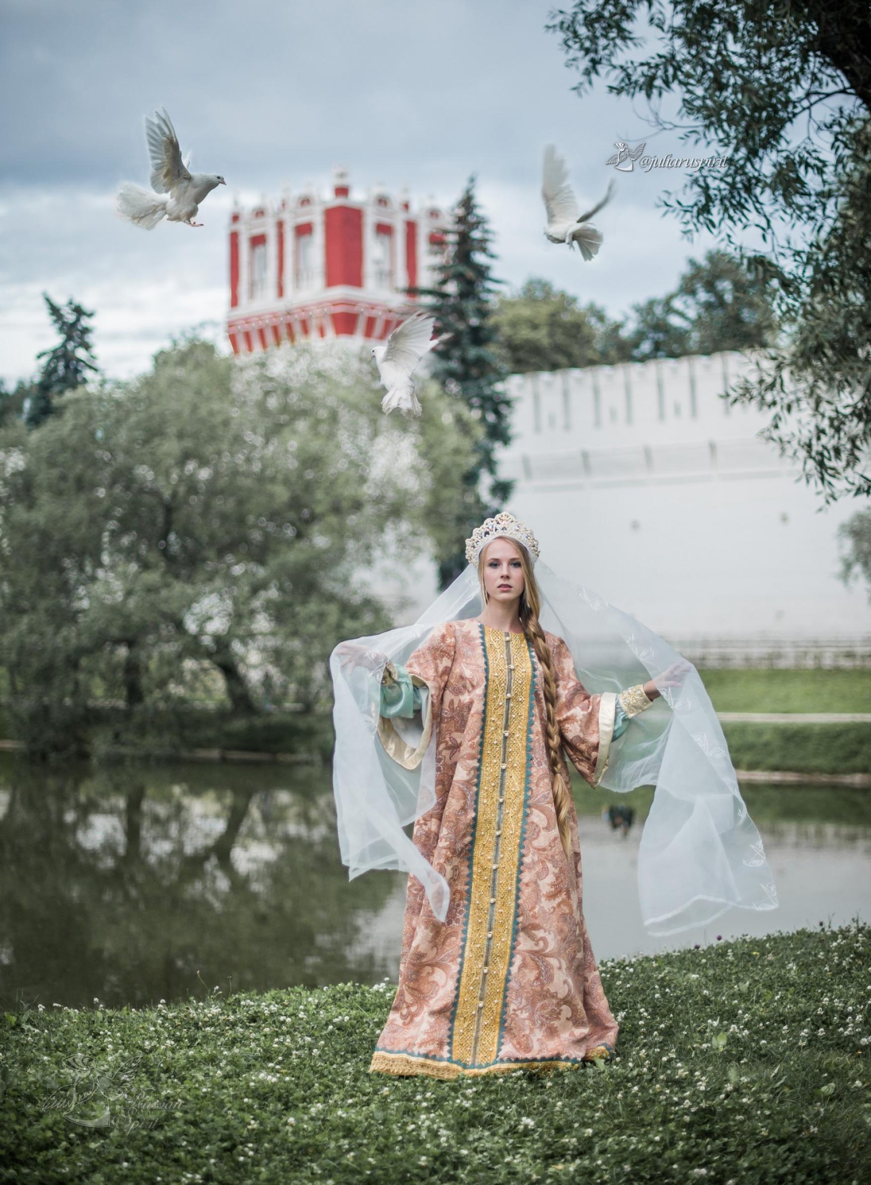 девушка в костюме царевны на фоне измайловского кремля